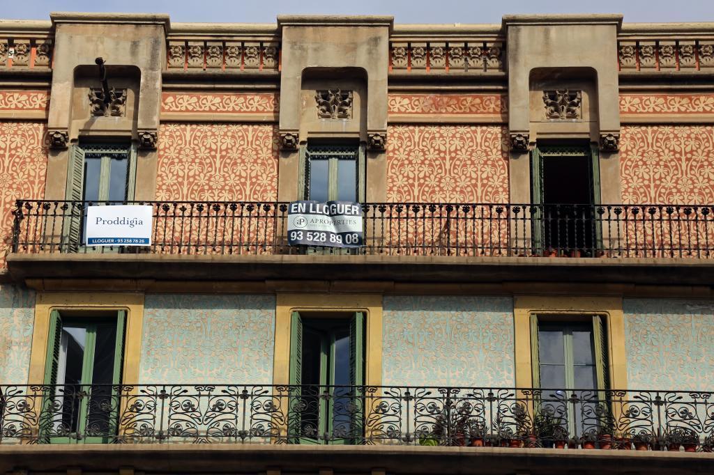 Cartel de alquiler de vivienda en Las Ramblas de Barcelona.