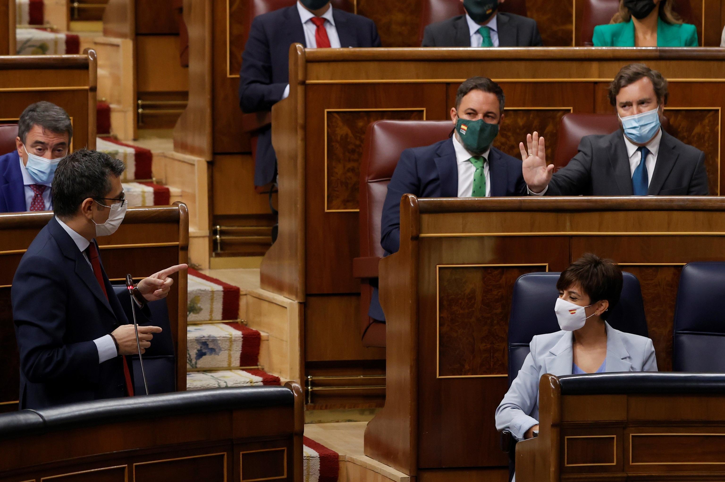 El ministro de Presidencia, Félix Bolaños, interperla al portavoz de Vox, Santiago Abascal.