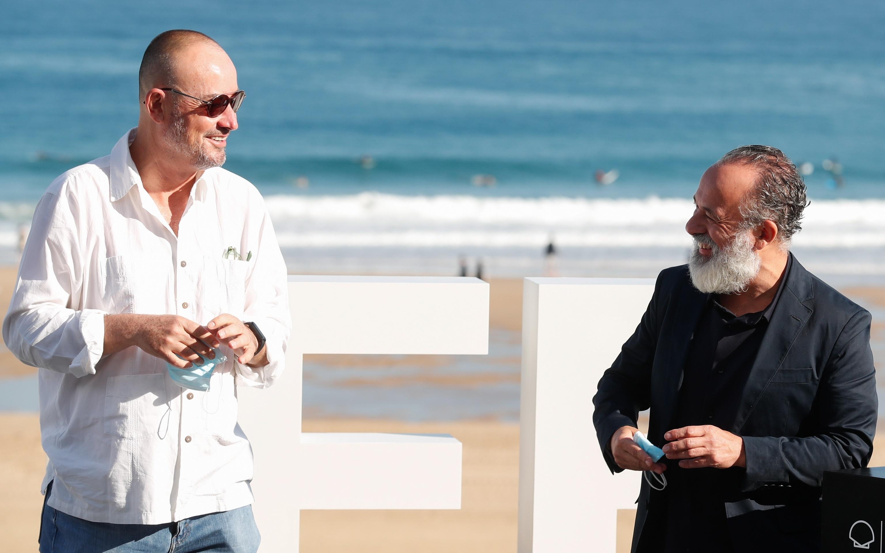 El realizador Manuel Martín Cuenca posa este miércoles junto al actor Javier Gutiérrez en la presentación de 'La hija'.