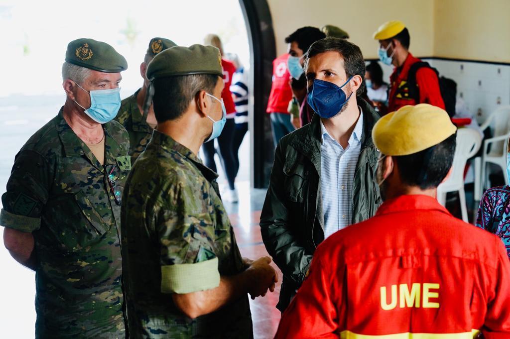 Pablo Casado, este miércoles con los servicios de emergencias que trabajan en la erupción del volcán en La Palma.