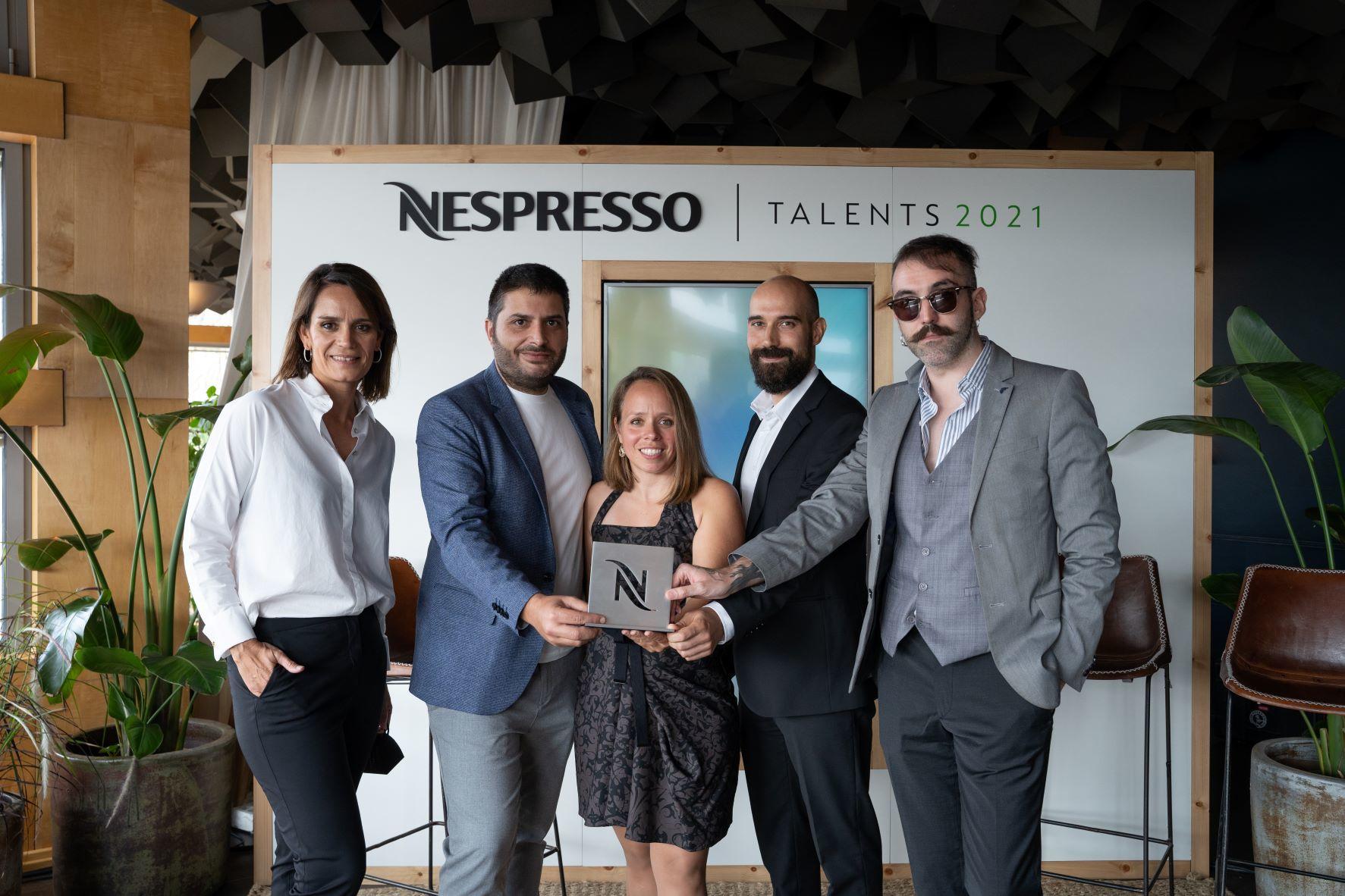 Los directores del cortometraje 'Simbiosis' posan con el Premio Talents.