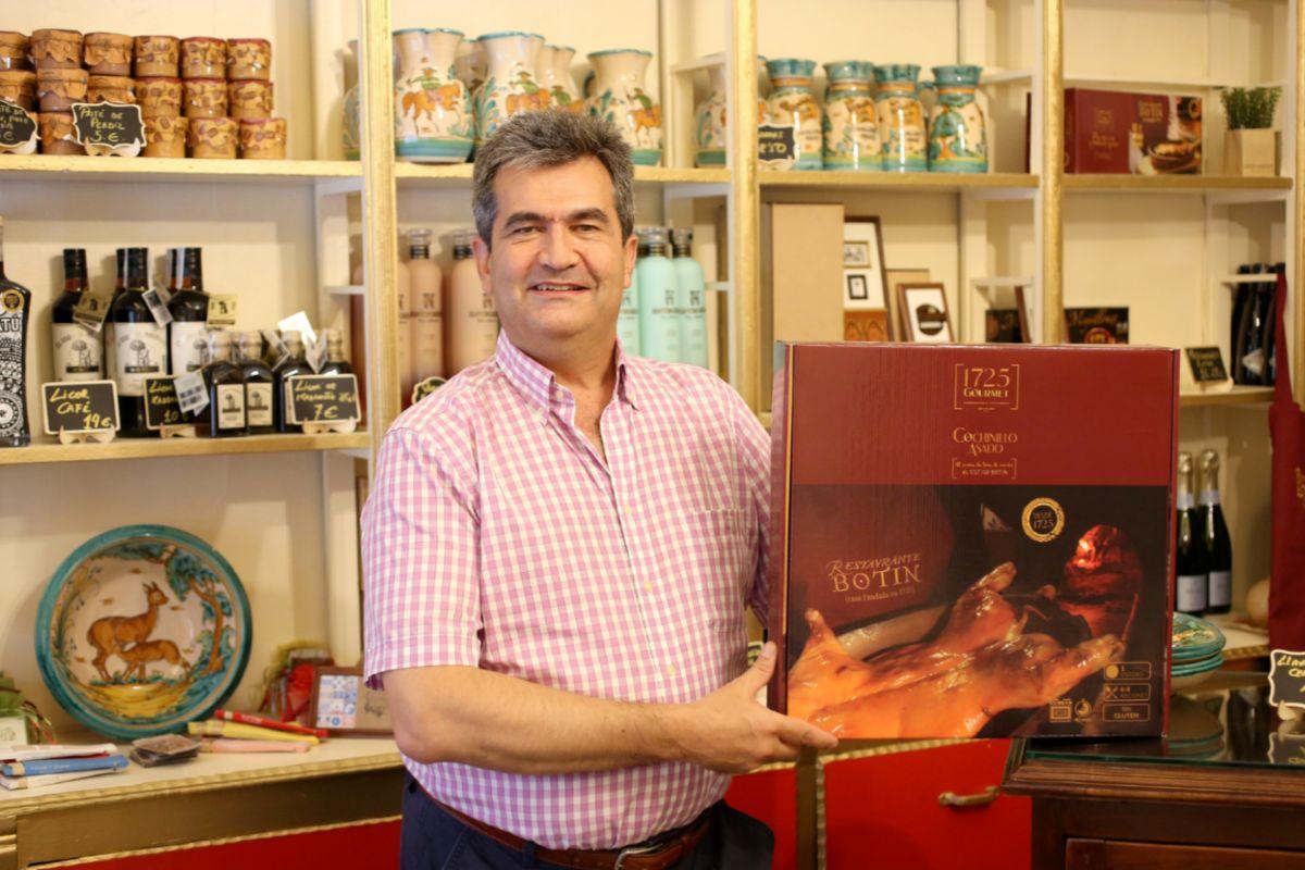 Carlos González en la tienda.