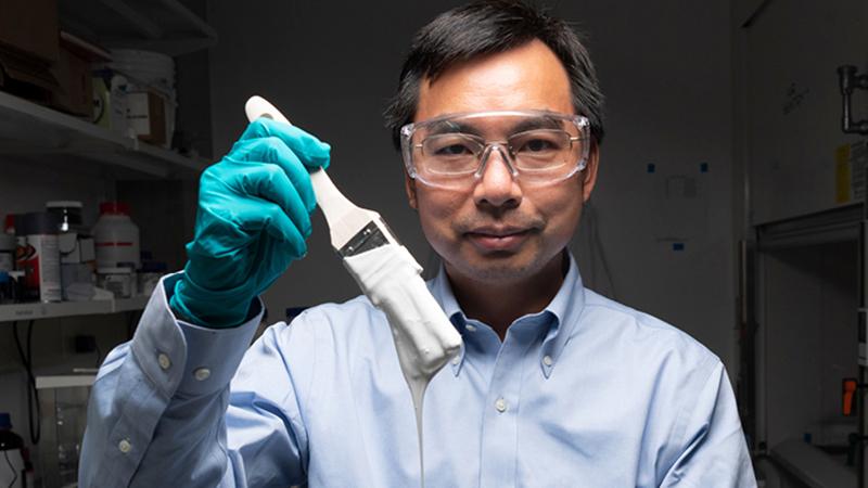 El profesor, Xiulin Ruan, inventor de la pintura más blanca del mundo.