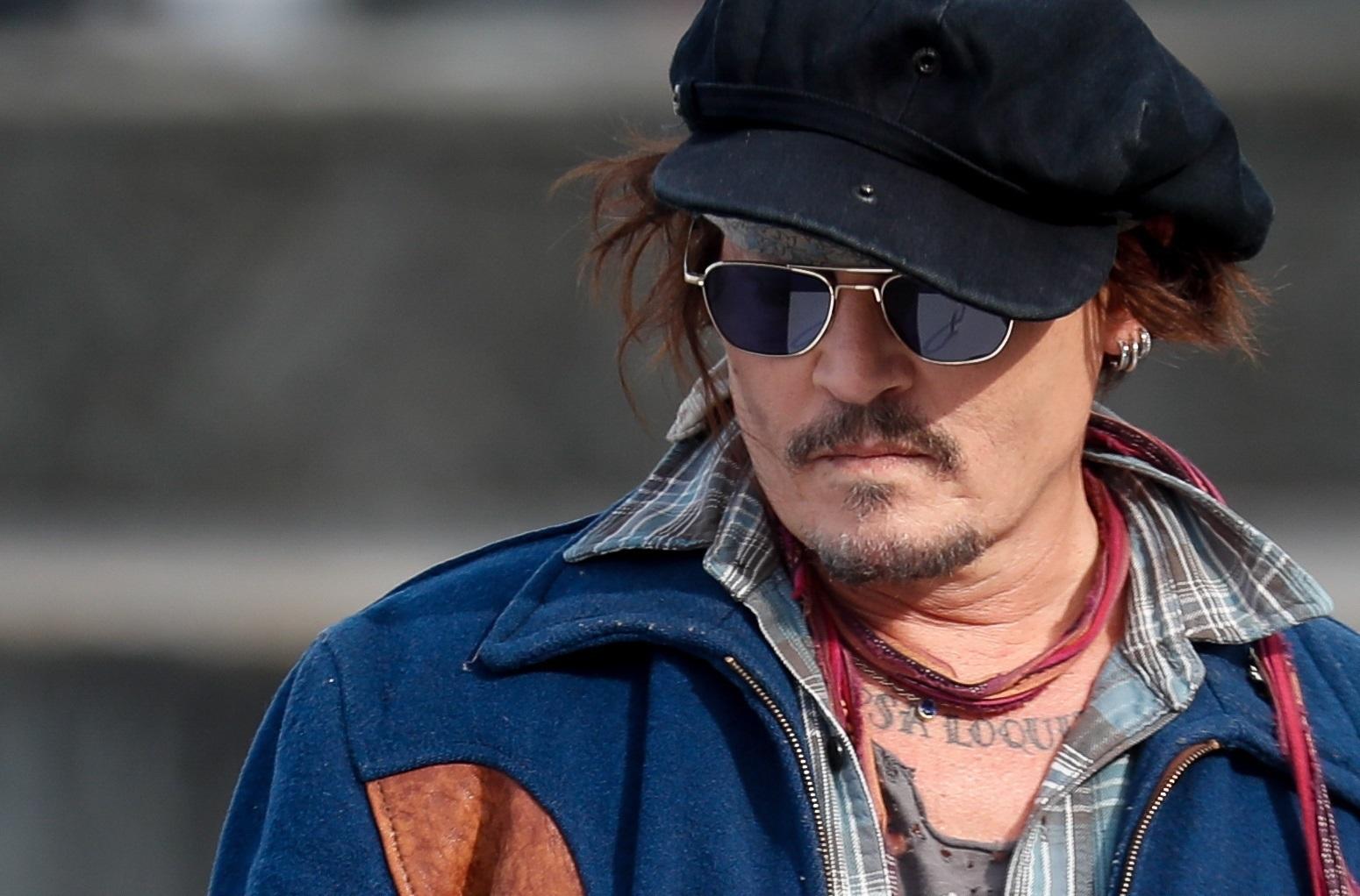 El actor estadounidense Johnny Depp posa ante la prensa antes de recoger el Premio Donostia en la gala de la noche.