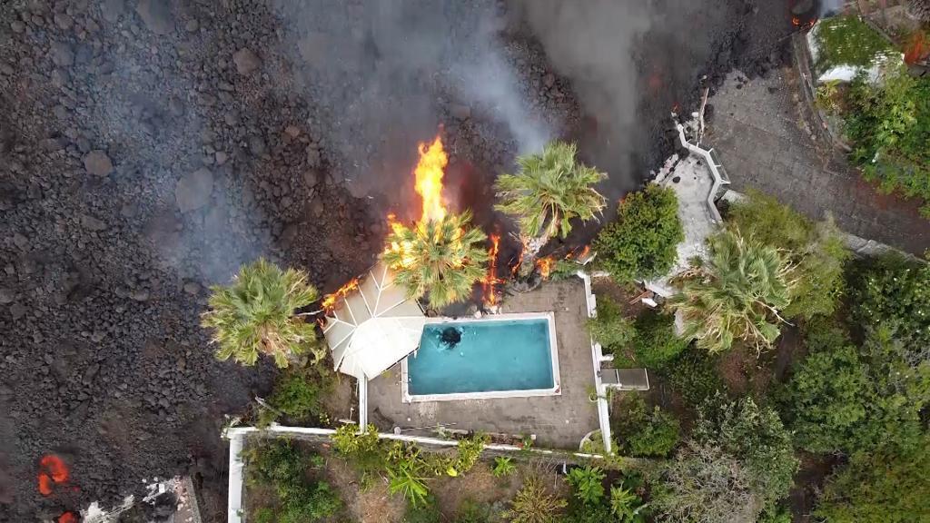 Vista aérea de una de las viviendas afectadas por la lava en La Palma.
