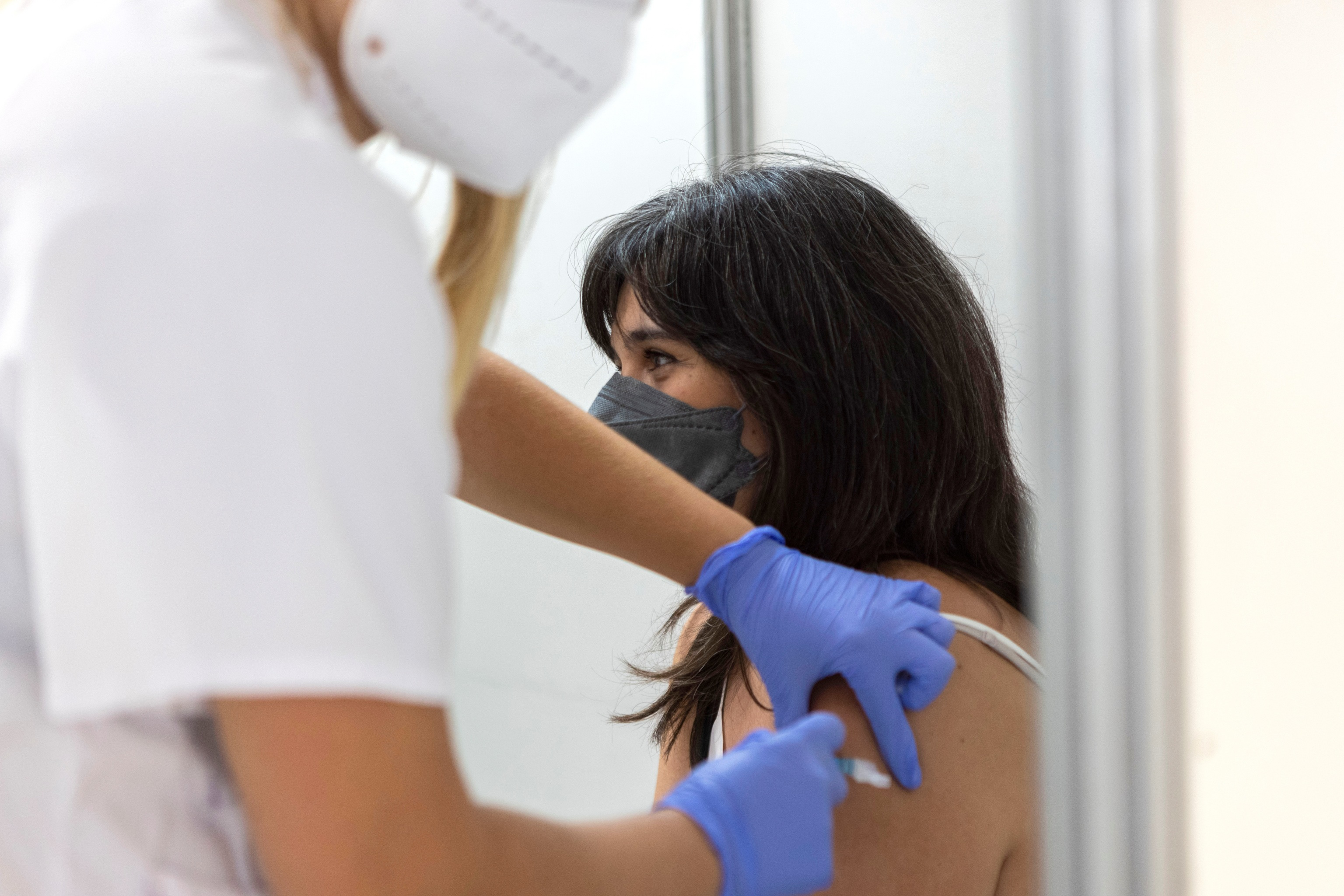 Una mujer recibe una vacuna contra el Covid en Mallorca.