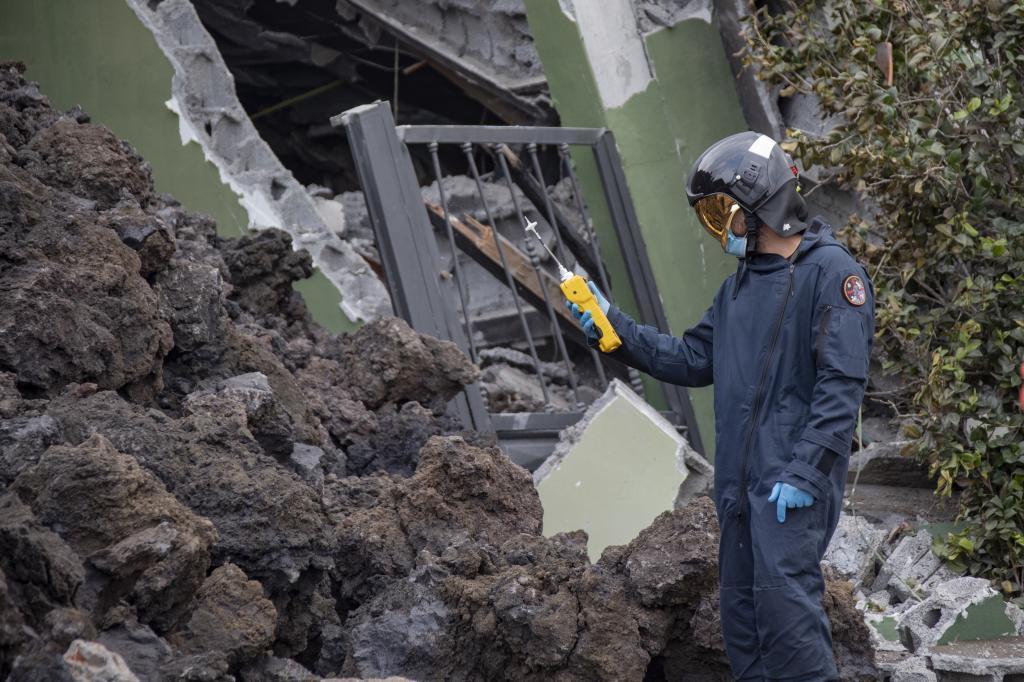 Efectivos de la UME miden los gases de la lava del volcán en La Palma