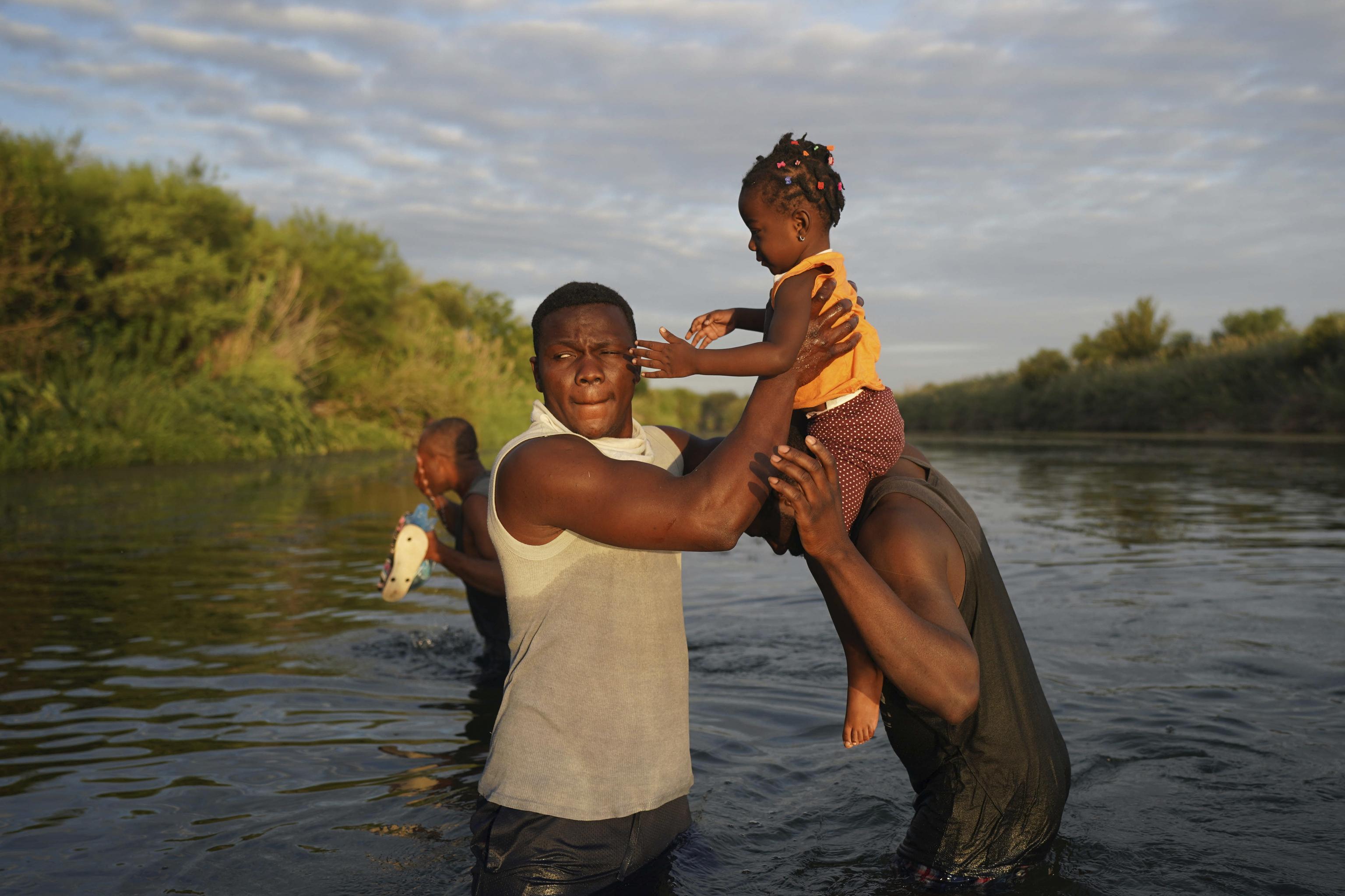 Una familia de haitianos atraviesa el Río Grande hacia EEUU.