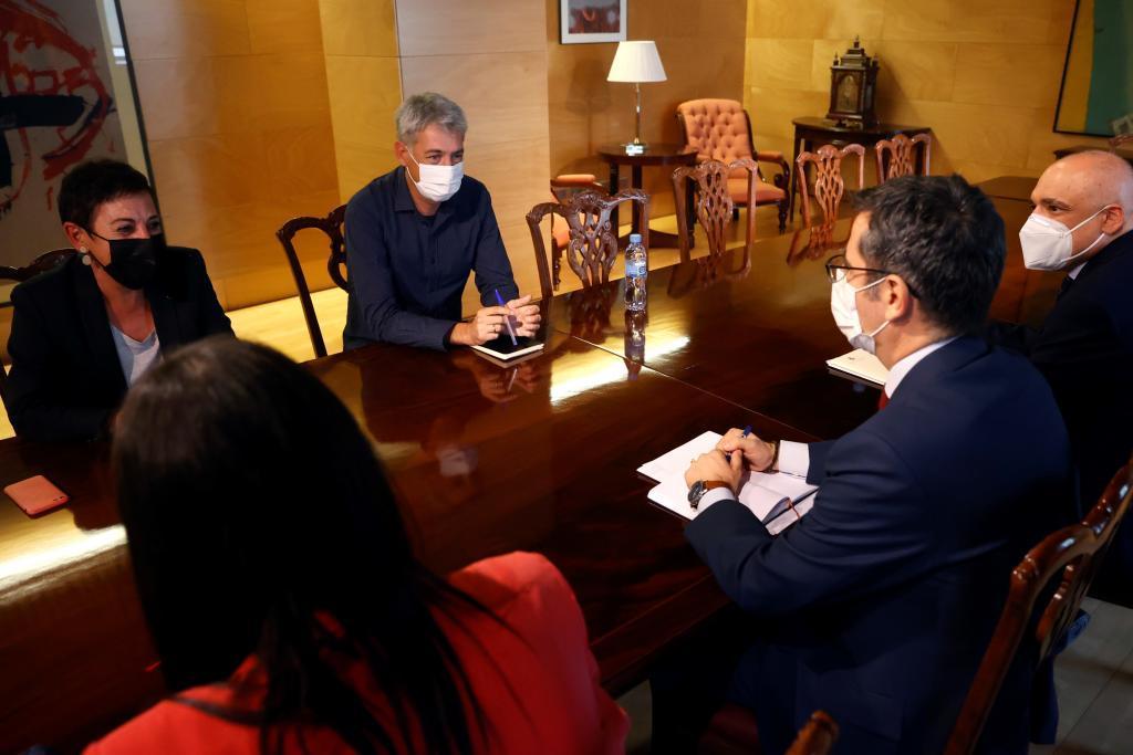 Félix Bolaños (dcha.), durante su reunión con Bildu.