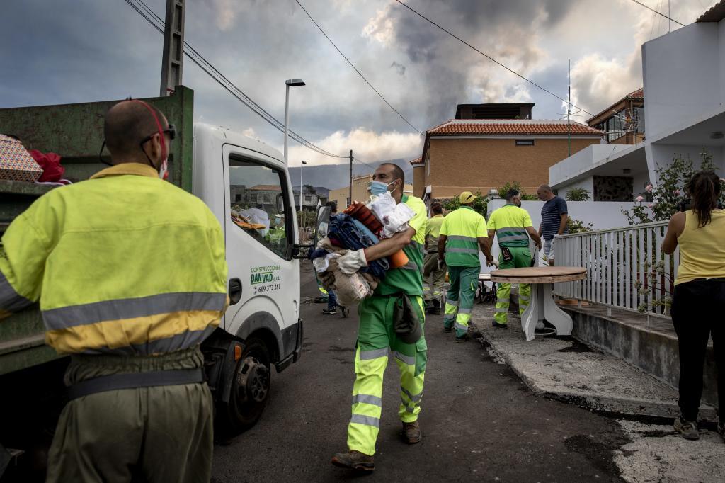 Operarios municipales, bomberos y otros efectivos en Todoque.