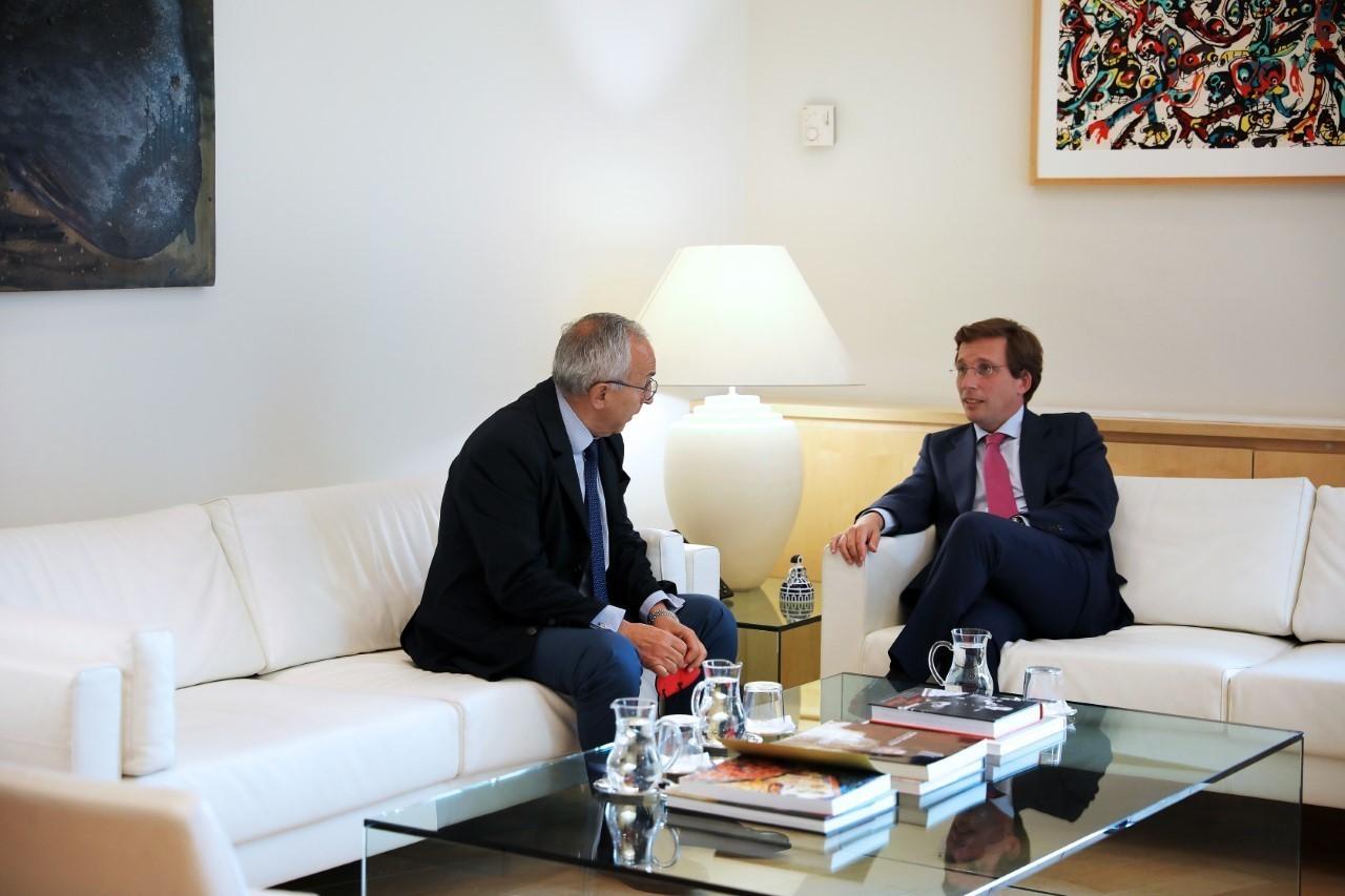El alcalde de Madrid, José Luis Martínez-Almeida, ayer con el presidente del COE, Alejandro Blanco.