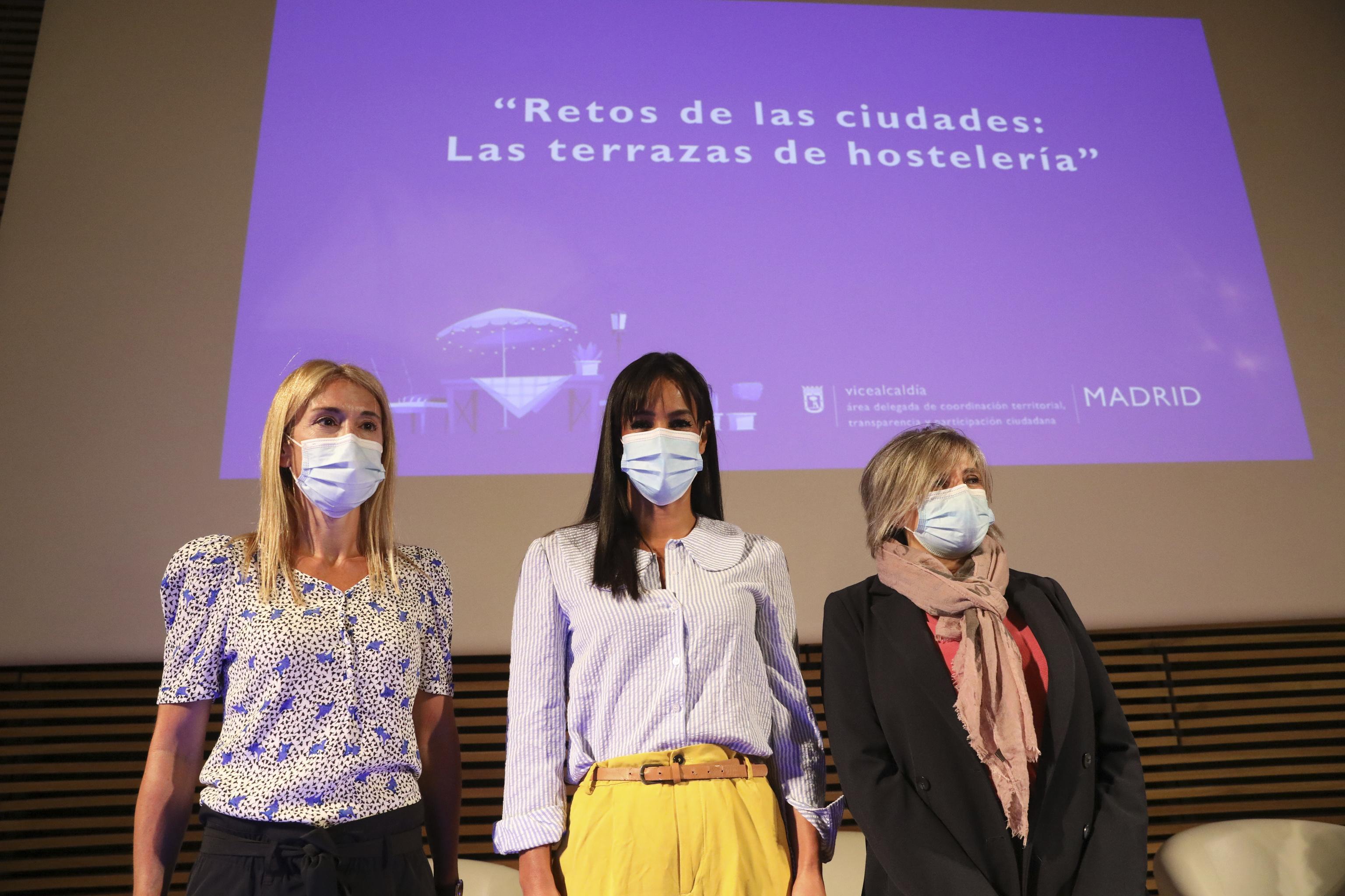 La vicealcaldesa, Begoña Villacís, entre las concejalas Sofía Miranda (Ciudadanos) y Arantxa Cabello (Vox).