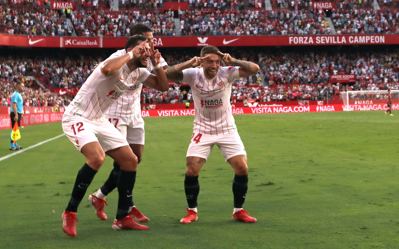 Rafa Mir, Lamela y Papu Gómez celebran los goles del Sevilla.