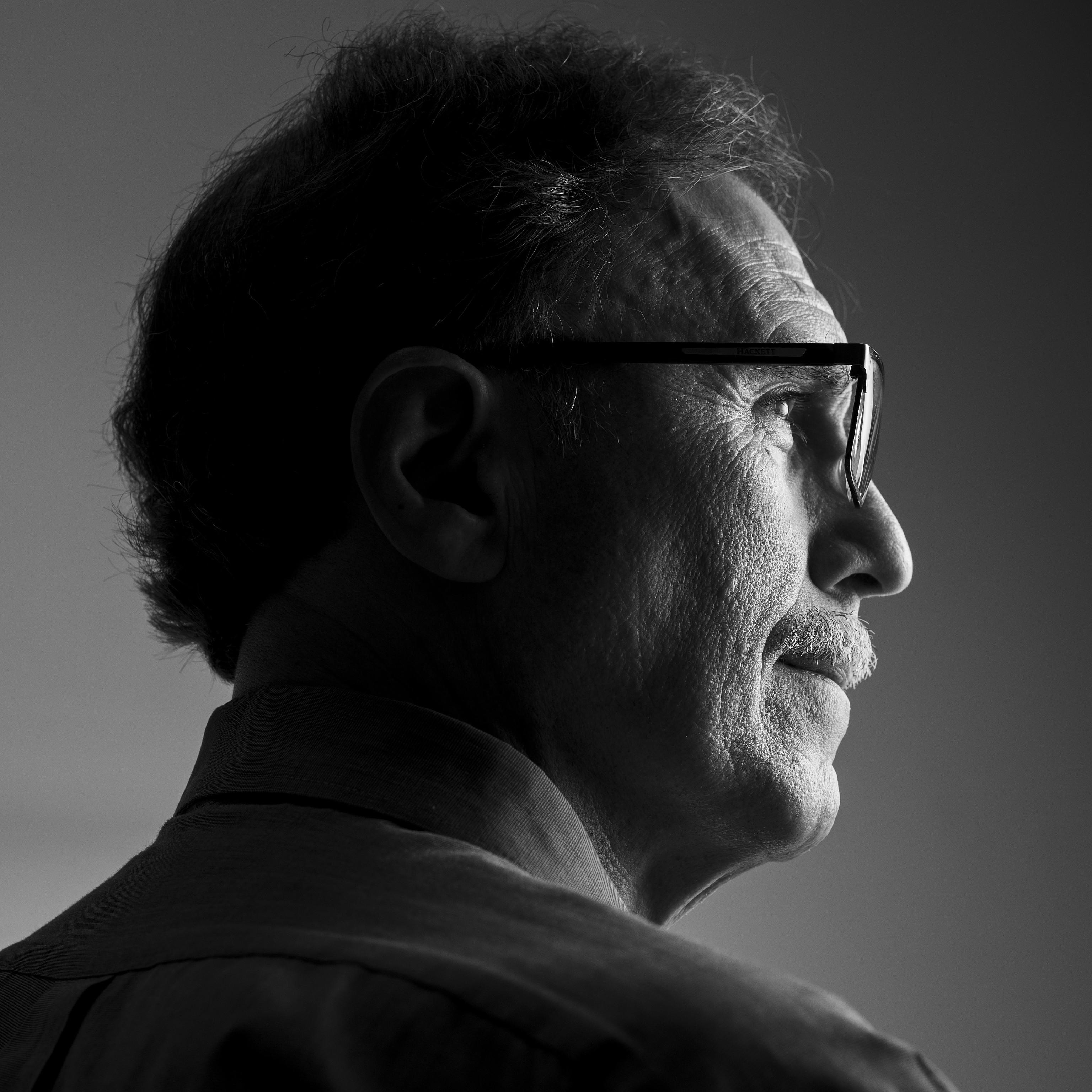 Ricardo Martínez (Santiago de Chile, 1956) no es un hombre serio, pero confiesa que no sabe contar chistes.