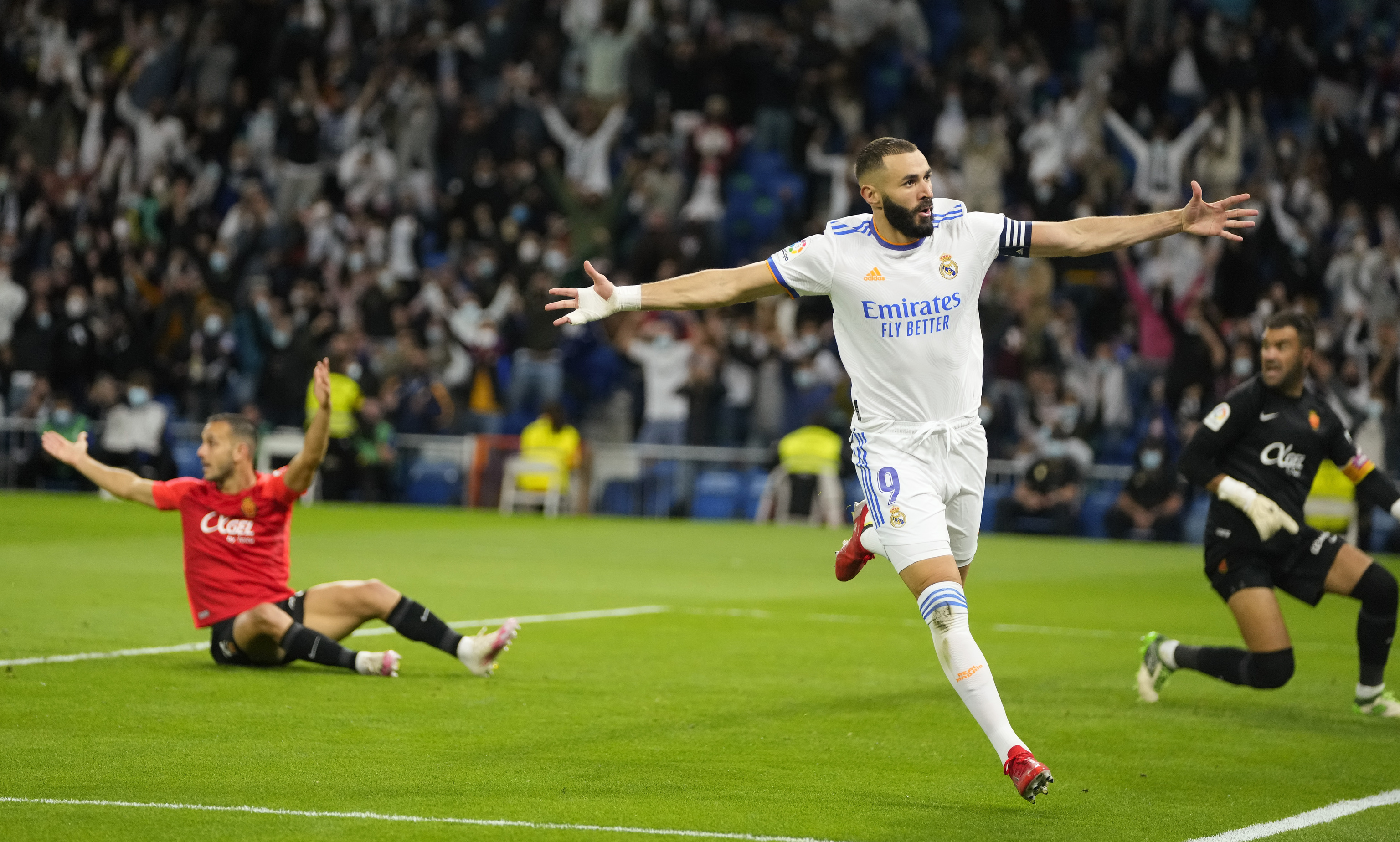 Benzema celebra el primer gol del Madrid al Mallorca.