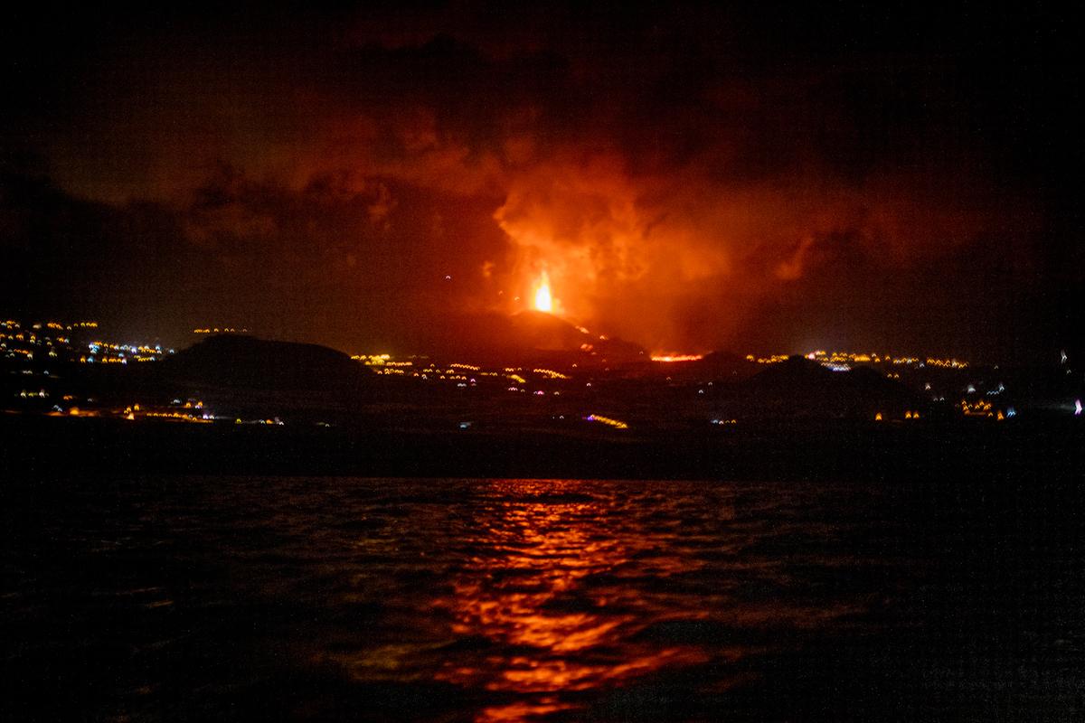 Vista del volcán en erupción desde el mar.