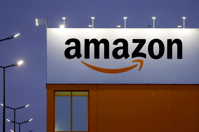 Logotipo de Amazon sobre la fachada de un edificio.