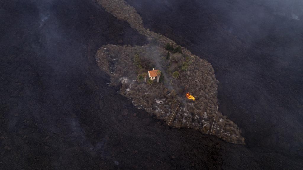 La casa de Inge y Rainer Cocq, rodeada de ríos de lava.