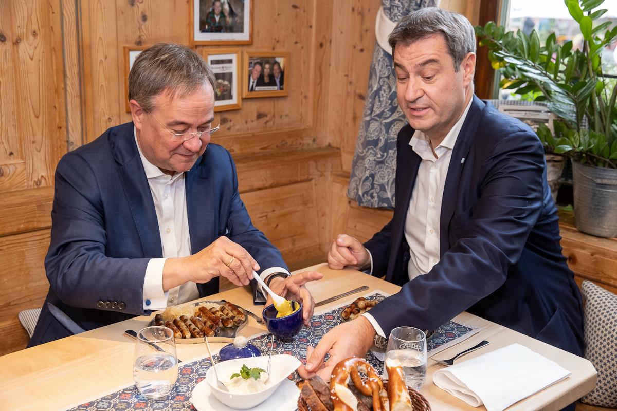 Armin Laschet (izquierda) y Markus Söder, en un restaurante en Nuremberg.