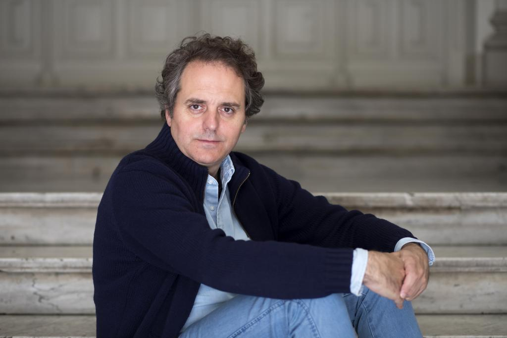 """Domingo Villar: """"Hay gente que lleva vino a cenar. Yo llevo cuentos"""""""