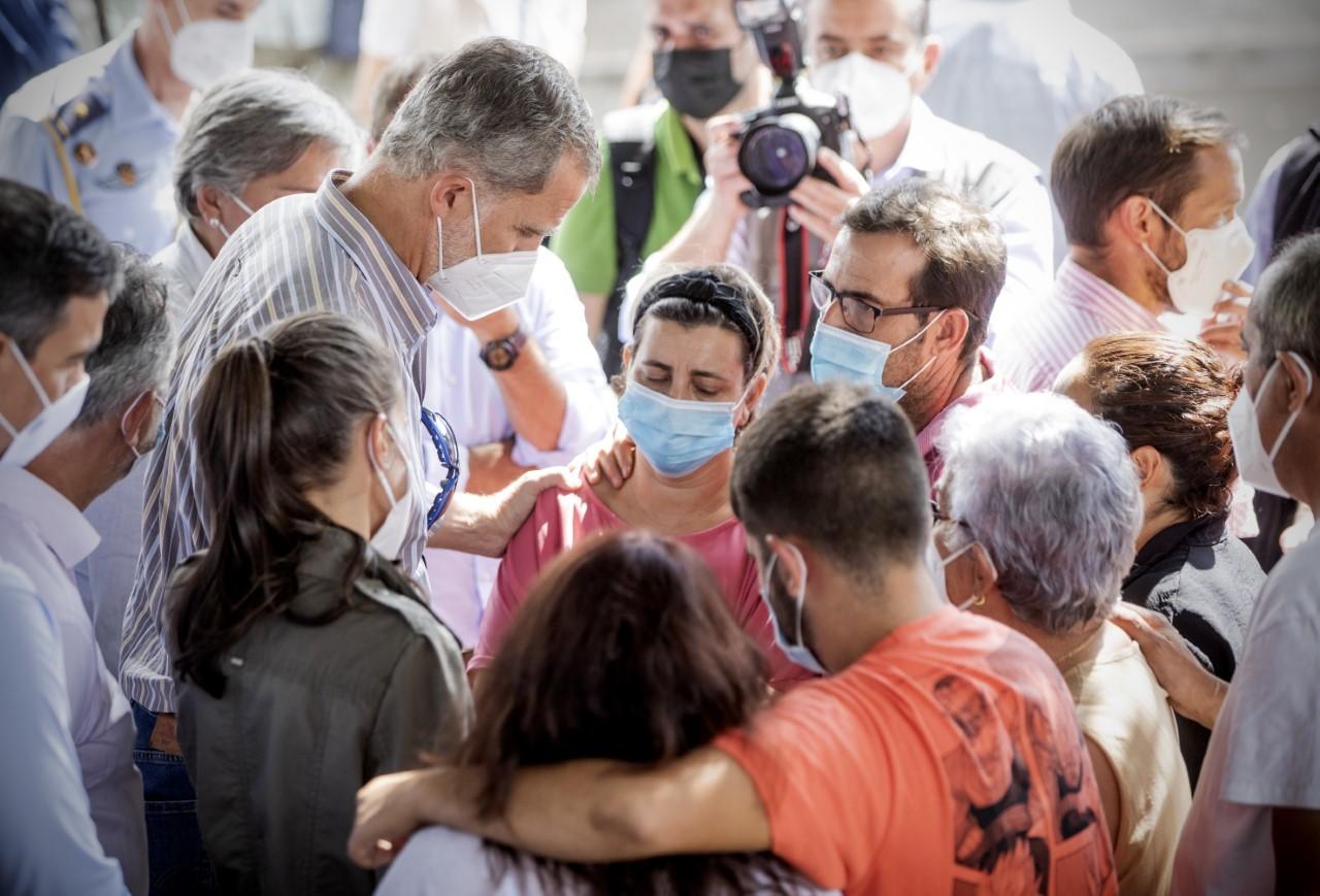 """Visita de los Reyes a las víctimas del volcán: """"Don Felipe me ha dicho que reza por nosotros"""""""