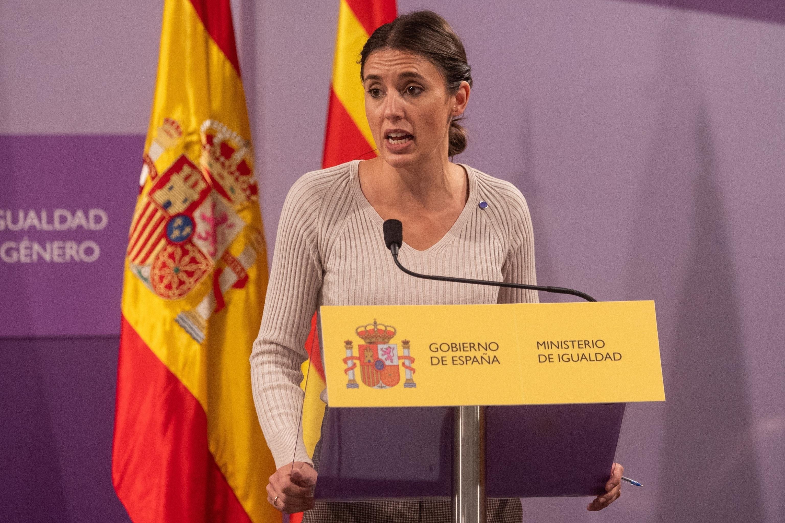 La ministra de Igualdad, Irene Montero, durante una rueda de prensa ayer tras su encuentro con la consejera catalana de Igualdad y Feminismos, Tània Verge.