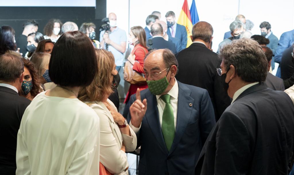 El presidente de Iberdrola, Ignacio Galán, conversa con la vicepresidenta de Transición Ecológica, Teresa Ribera.