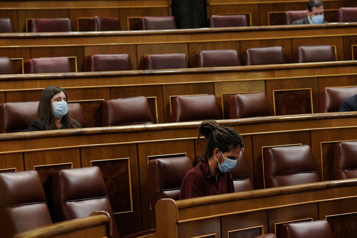 Dos diputados de Unidas Podemos, ayer, en el Congreso.