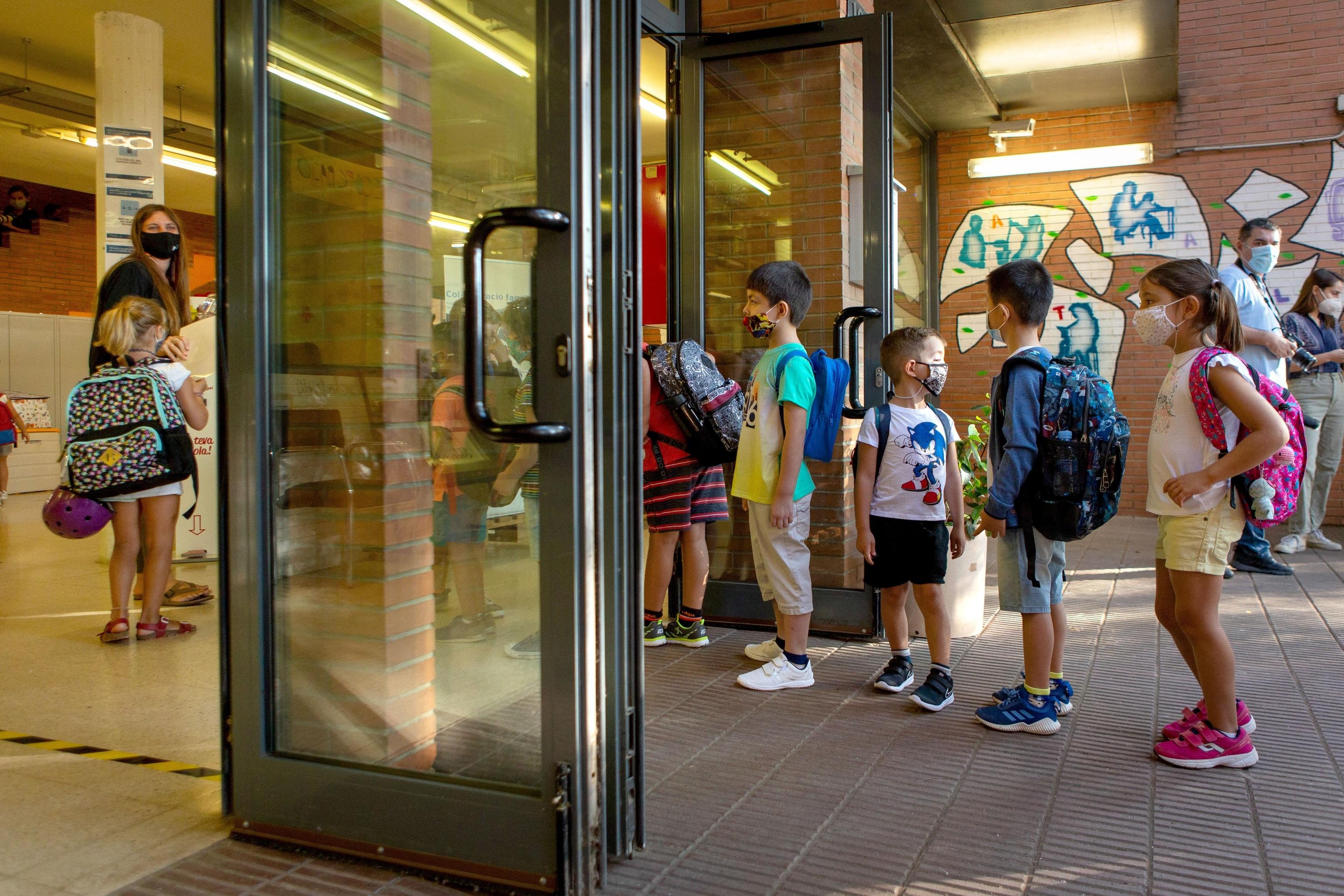 Varios niños en la puerta de un colegio en Cataluña en uno de los primeros días de la vuelta a clase.