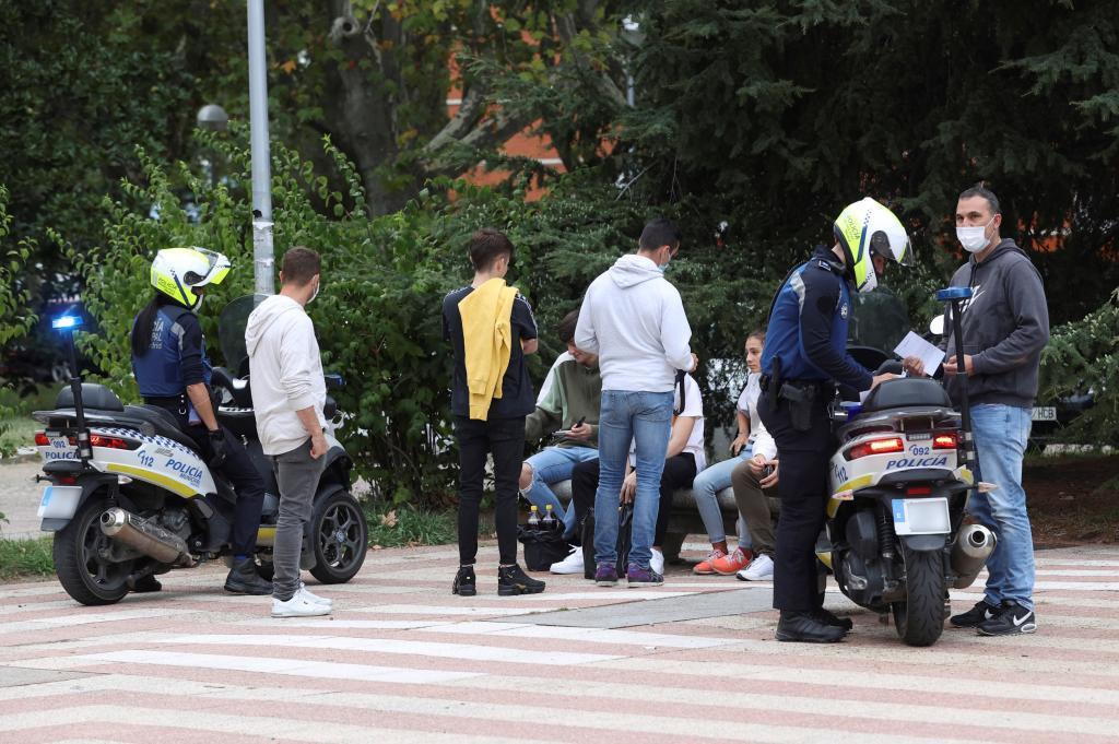 Dos policías municipales patrullan por Ciudad Universitaria, hoy en Madrid.