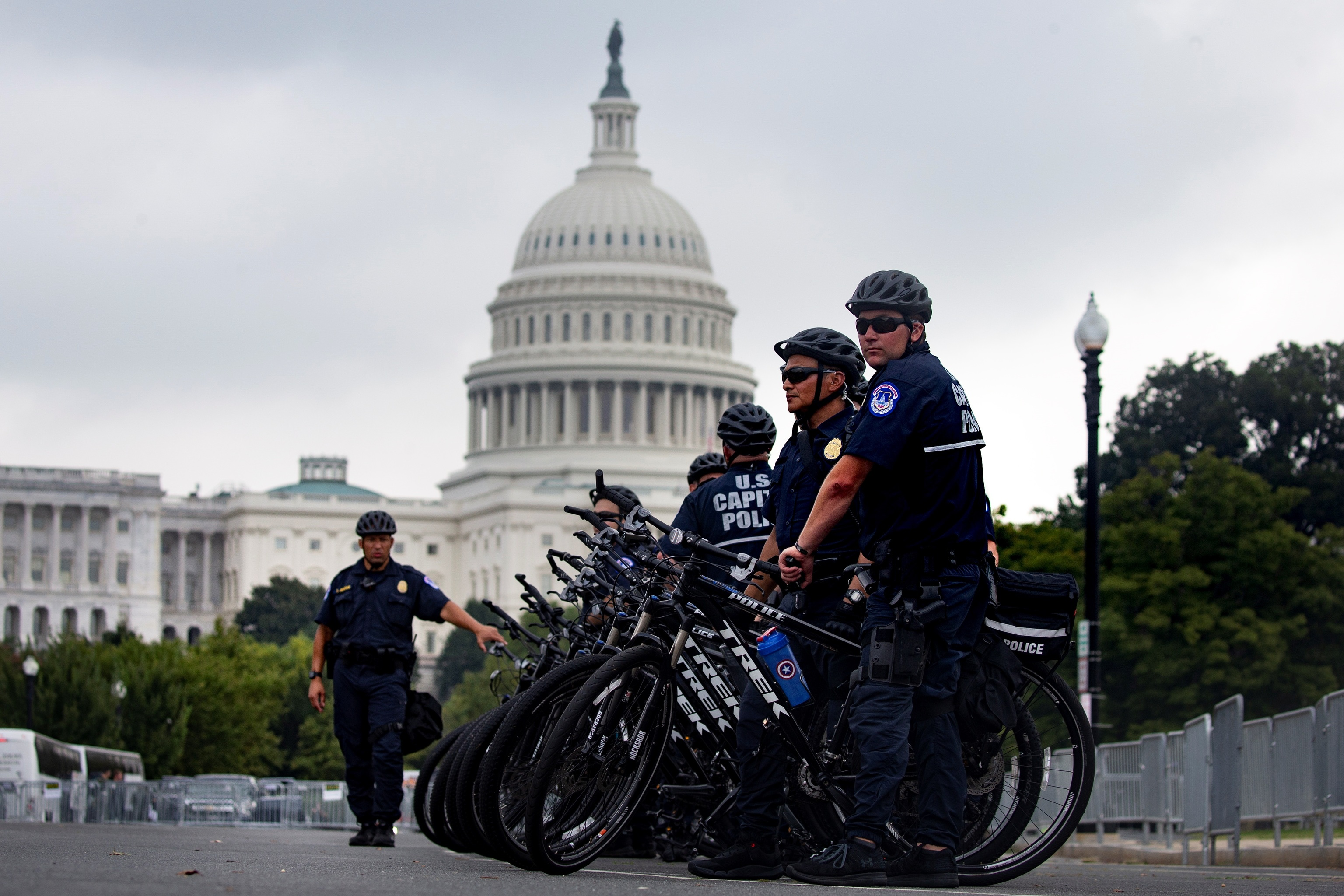 Agentes de policía del Capitolio montan guardia a las afueras del edificio, este sábado en Washinton (Estados Unidos).