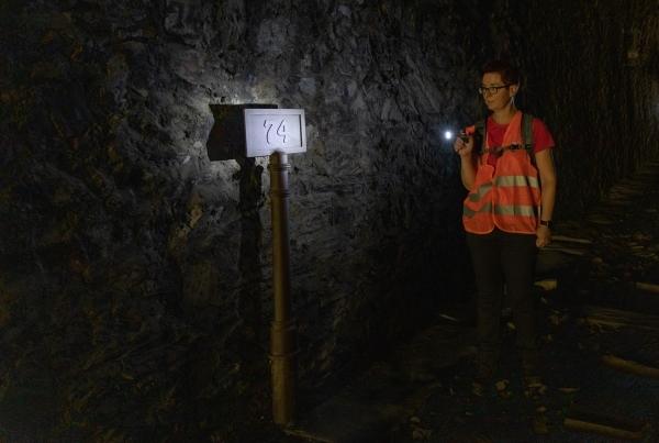 Con linterna en uno de los veinte túneles de la ruta.