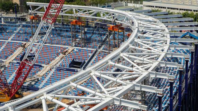 Las grúas construyen la cubierta del estadio del Levante, inaugurado a finales de 2020.