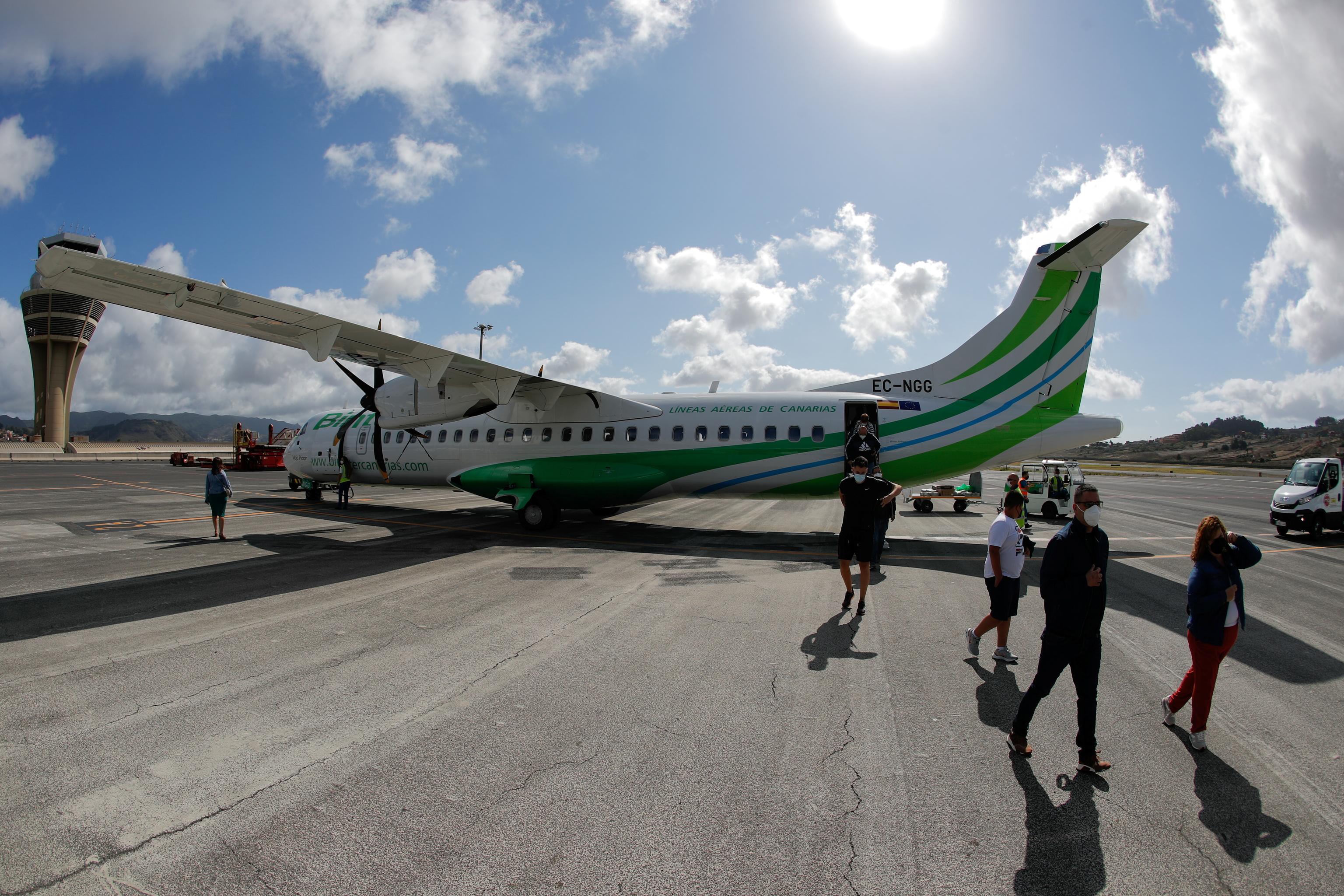 Pasajeros del vuelo a La Palma de Binter salen del avión tras la cancelación, este viernes en Tenerife.