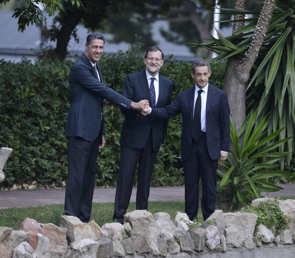 Sarkozy con Mariano Rajoy y Xavier Garcia Albiol tras un mitin del PP catalán en 2015.