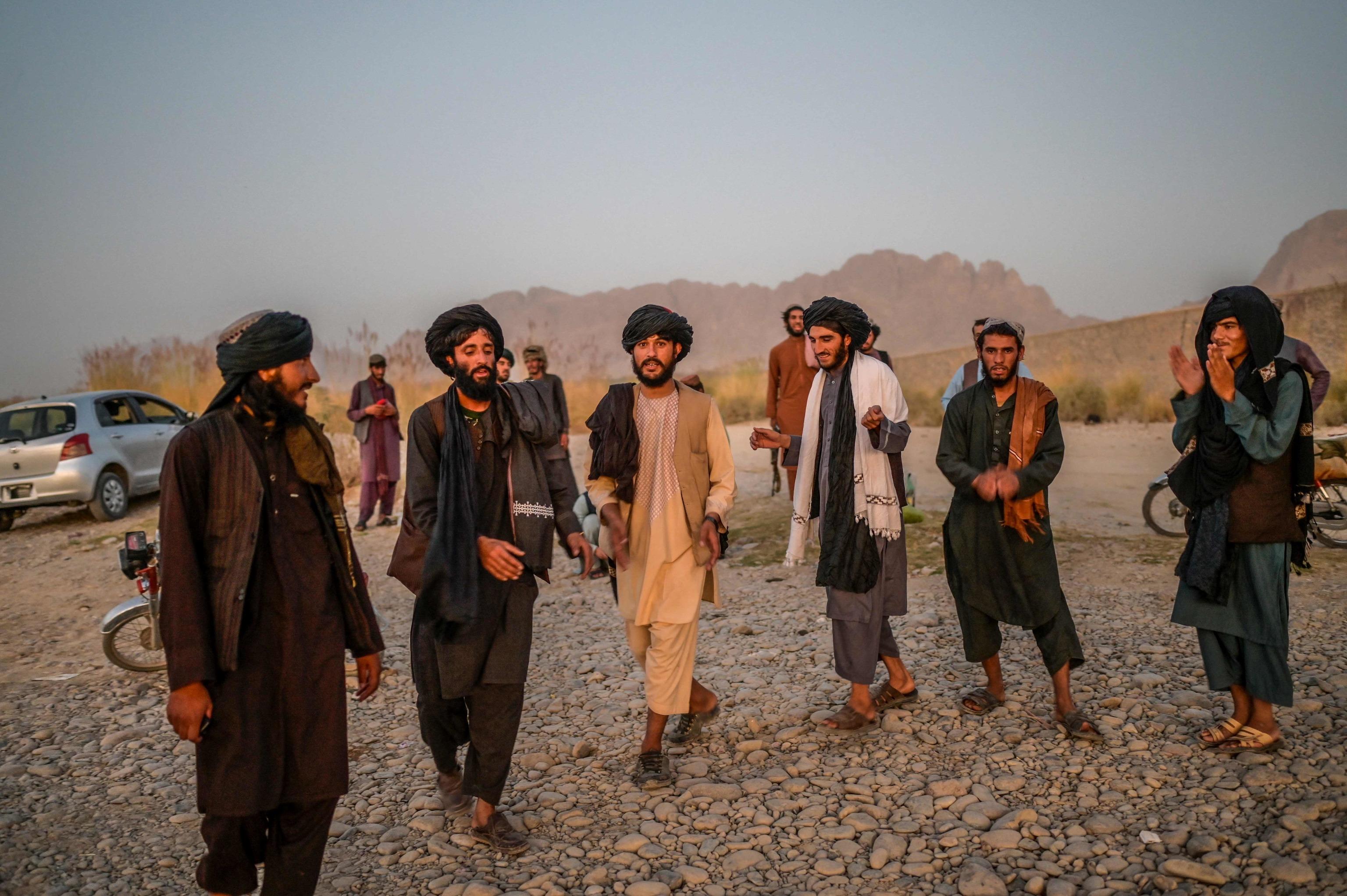 Miembros del movimiento talibán bailan cerca de un río en Kandahar.