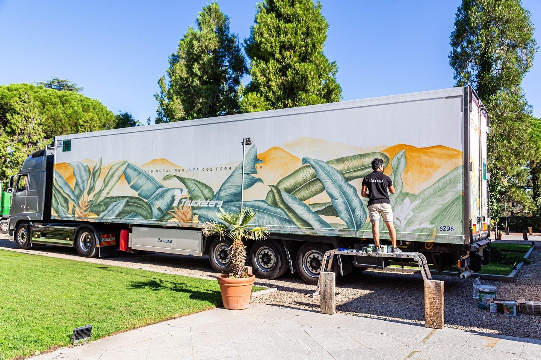 Un artista de Taruga da las últimas pinceladas al ECOTrucksters esta semana en Madrid.