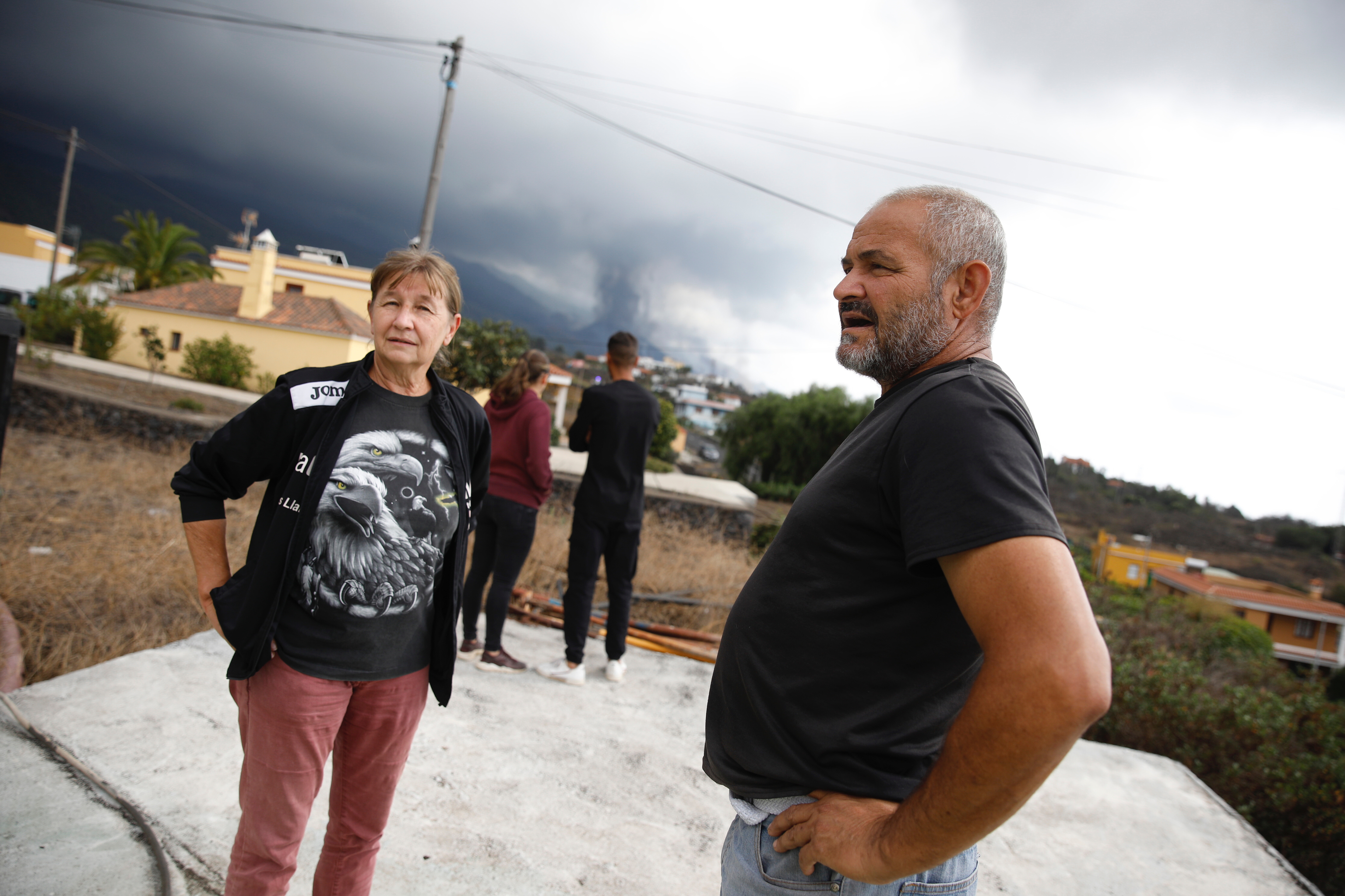 Vecinos observan el volcán desde Tacande de Arriba.