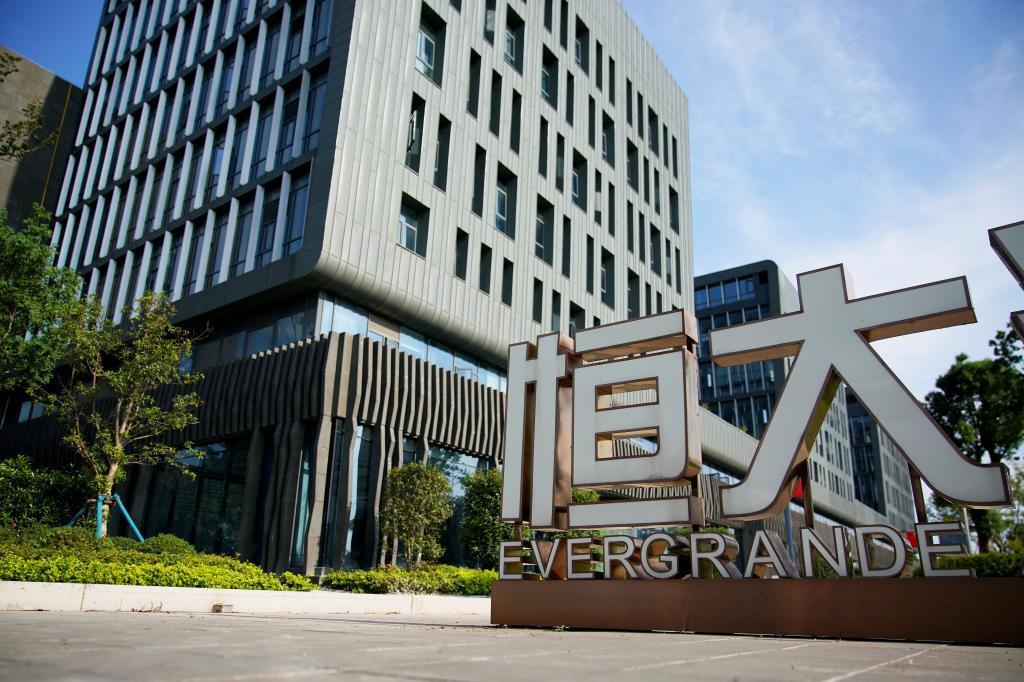 Cartel de Evergrande en una de sus sedes en Shanghai, China