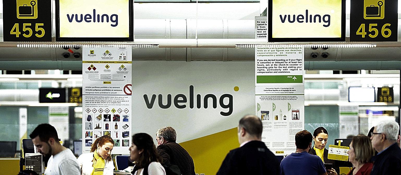 Pasajeros en un mostrador de Vueling en el aeropuerto de El Prat