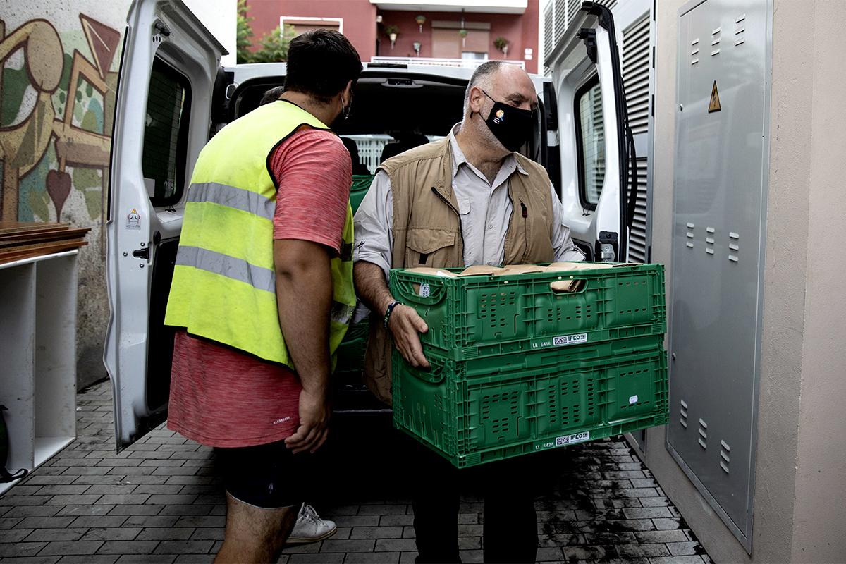 José Andrés descarga alimentos de una furgoneta en El Paso.
