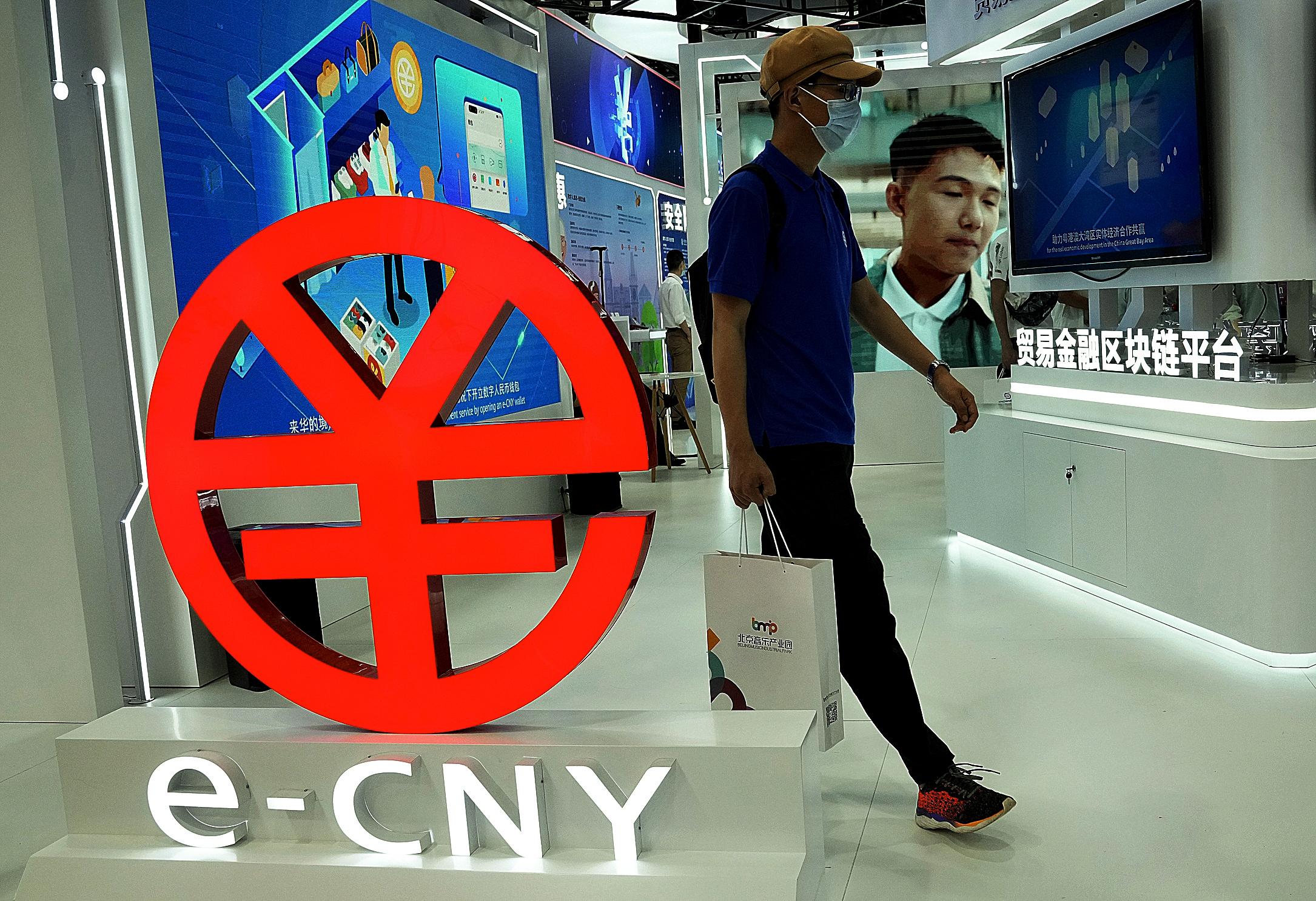 Un cliente, junto al logo de e-CNY, la versión digital del yuan, ayer, en Pekín.