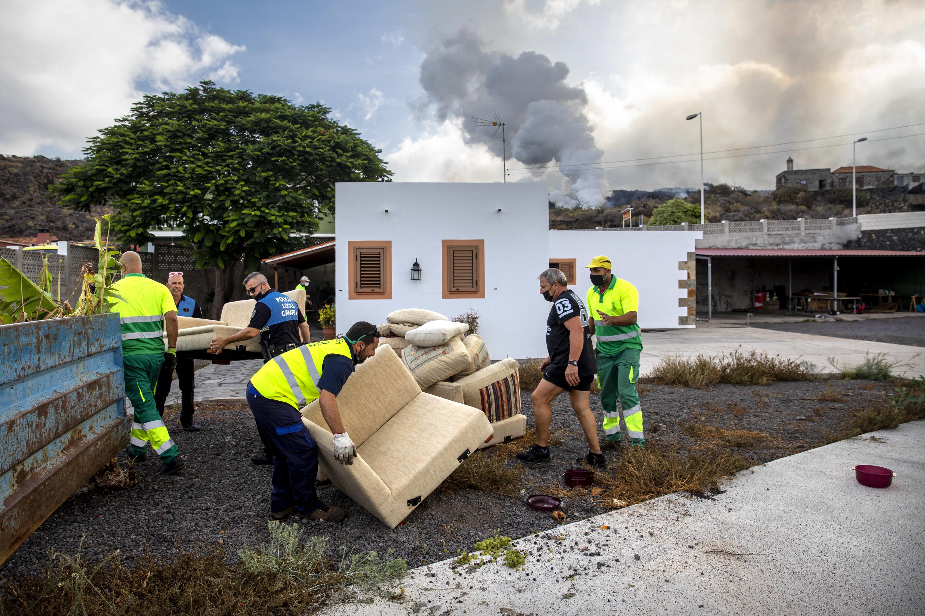 La lava del volcán se traga la localidad de Todoque.