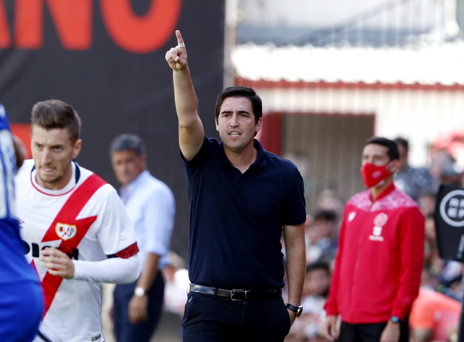 Iraola da instrucciones en el Estadio de Vallecas.