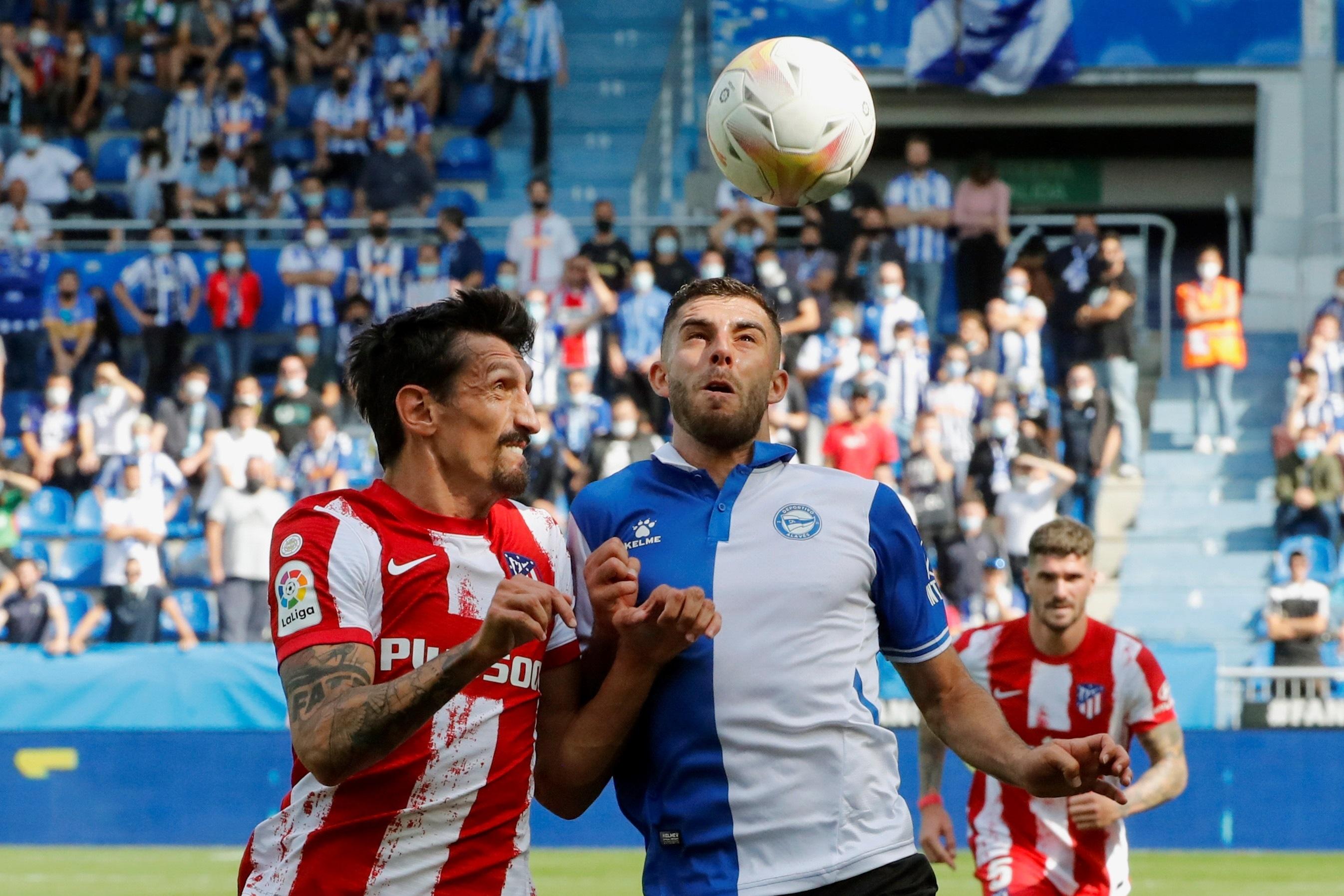 Savic lucha por un balón con Rioja, en Mendizorroza.