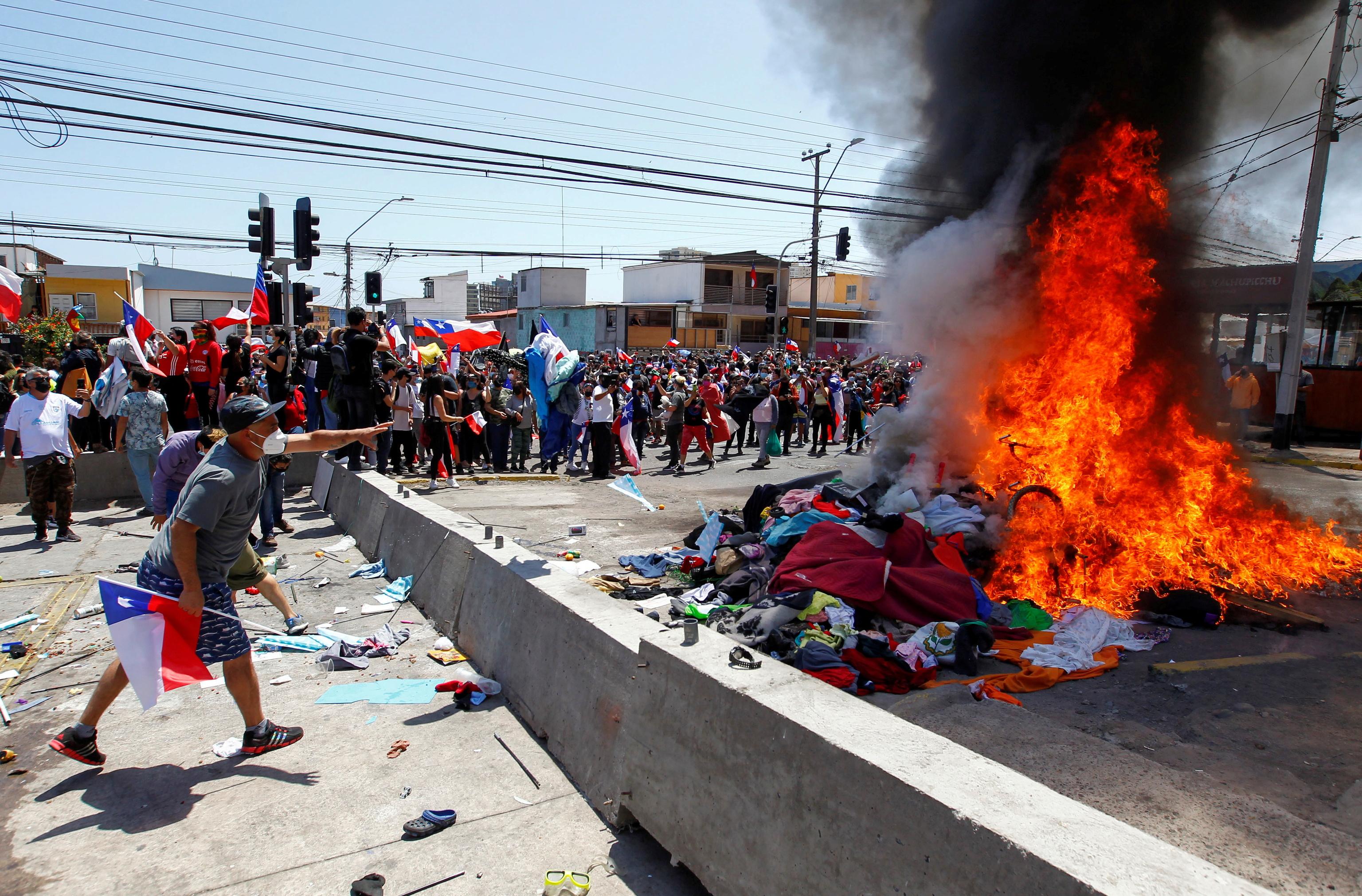 Quema de pertenencias de venezolanos, este sábado en Iquique.