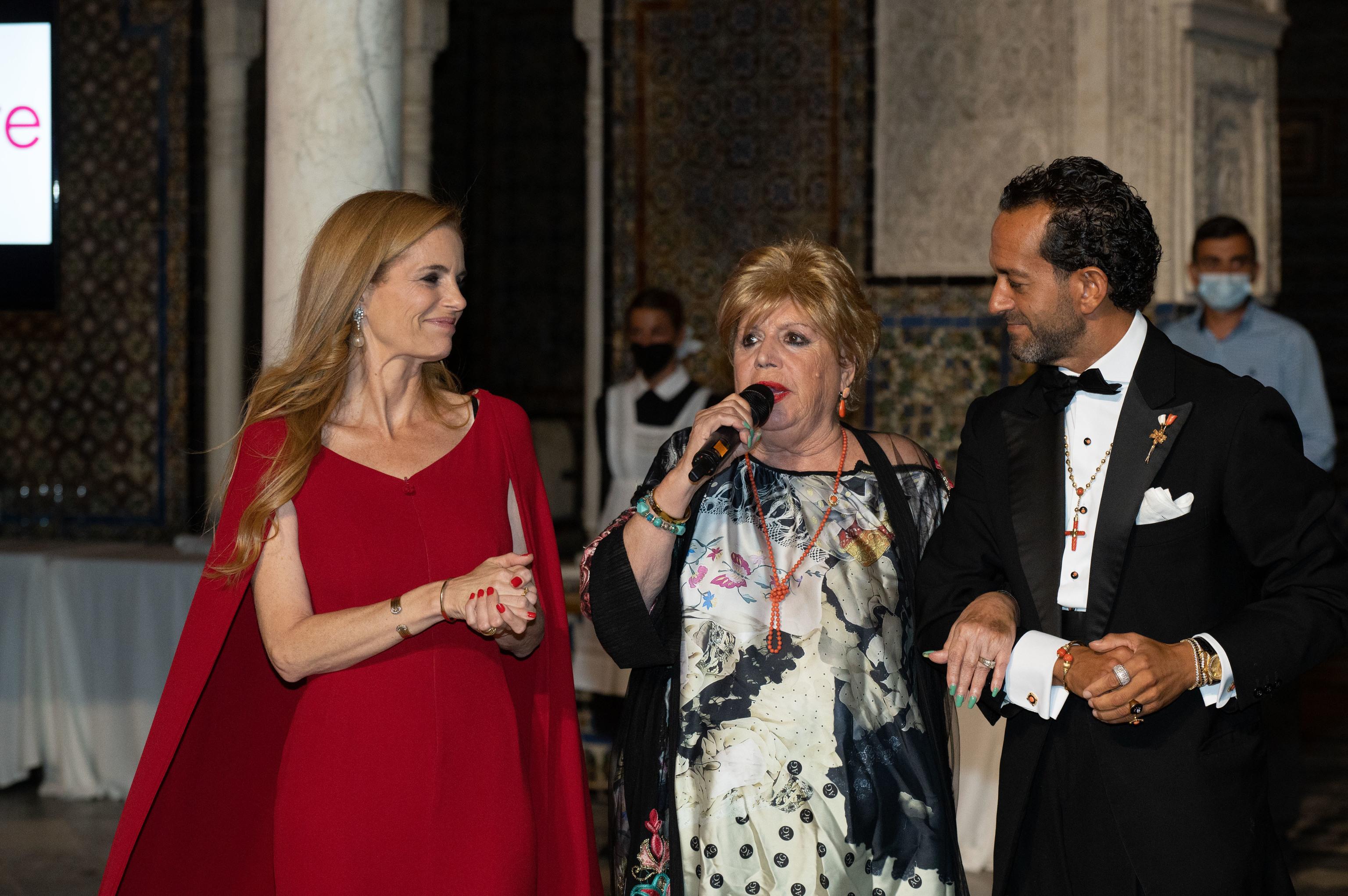 María Jiménez entregando el premio.