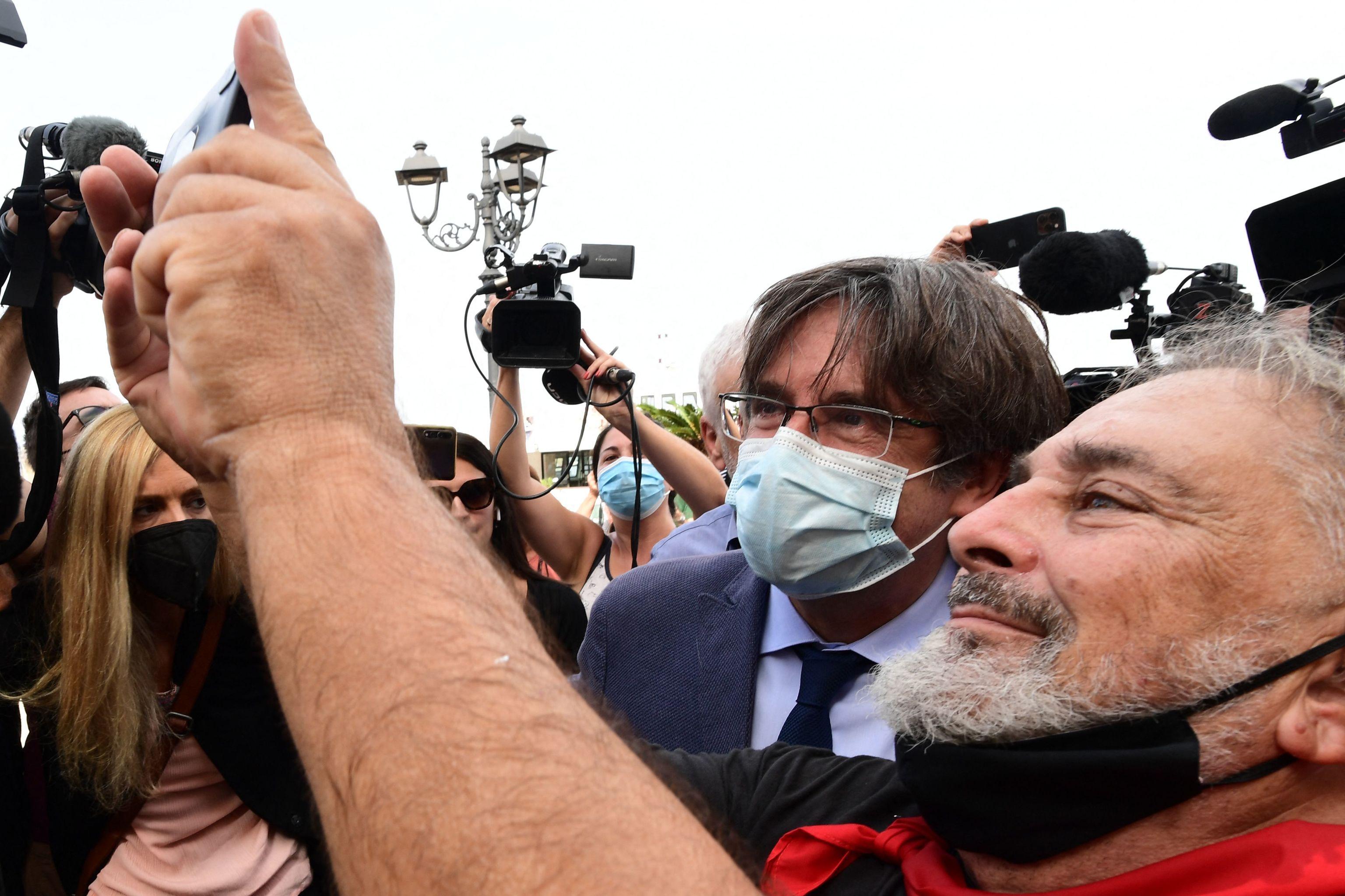 Carles Puigdemont se hace un 'selfie' durante su estancia en Cerdeña estos días.