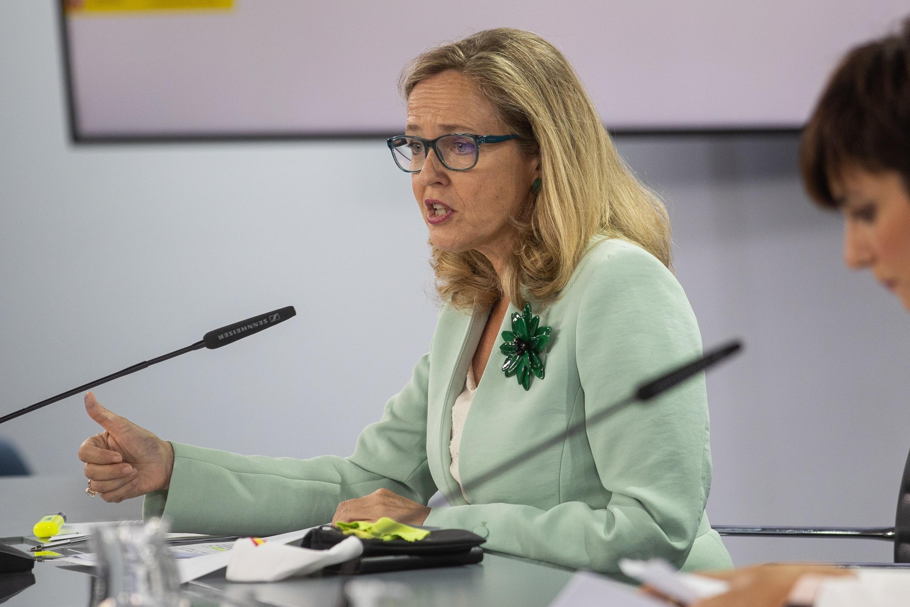 La vicepresidenta primera, Nadia Calviño, ante la ministra Portavoz, Isabel Rodríguez, el pasado día 21 tras el Consejo de Ministros.