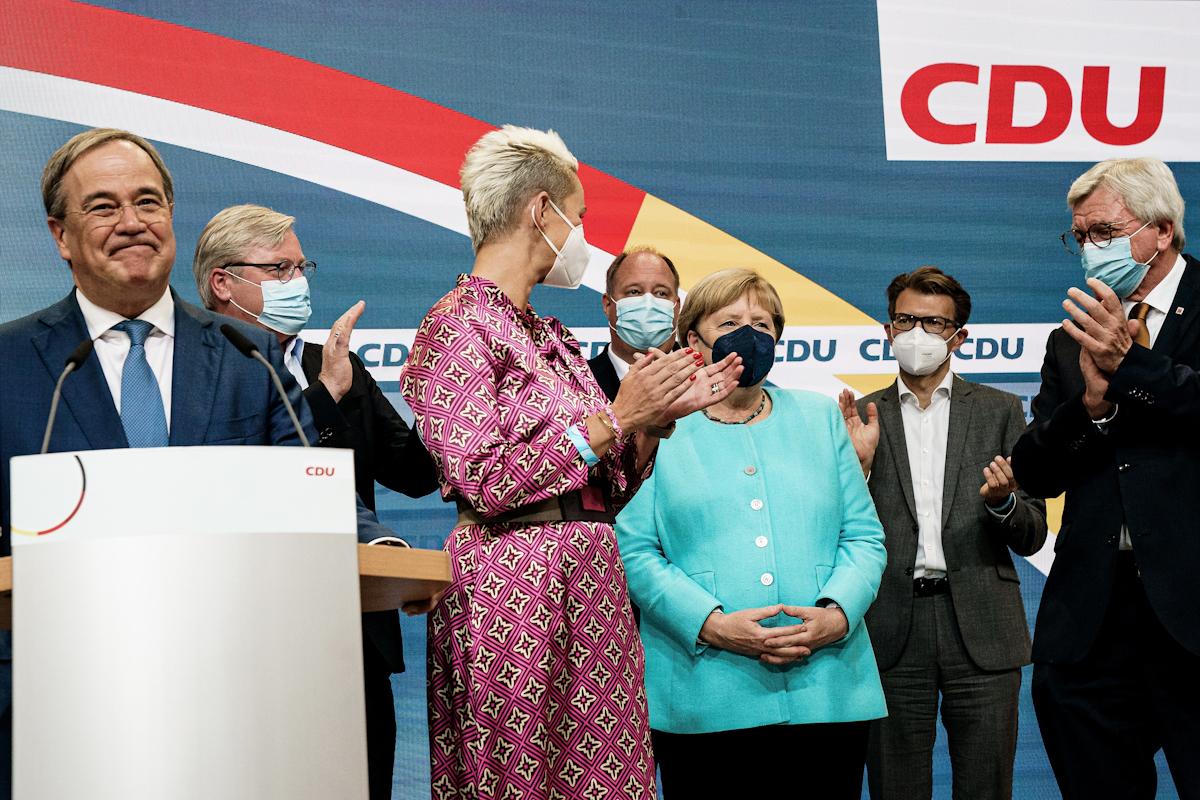 Merkel recibe aplausos ayer en la sede de la CDU.